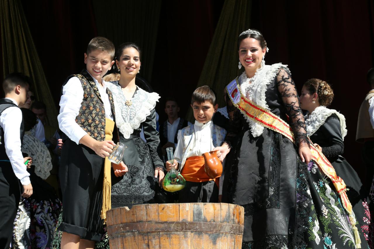 La Reina de la Vendimia 2017, María Andrés Carmona, recogió el primer mosto para ofrecerlo después al patrón de Cheste, San Lucas Evangelista.
