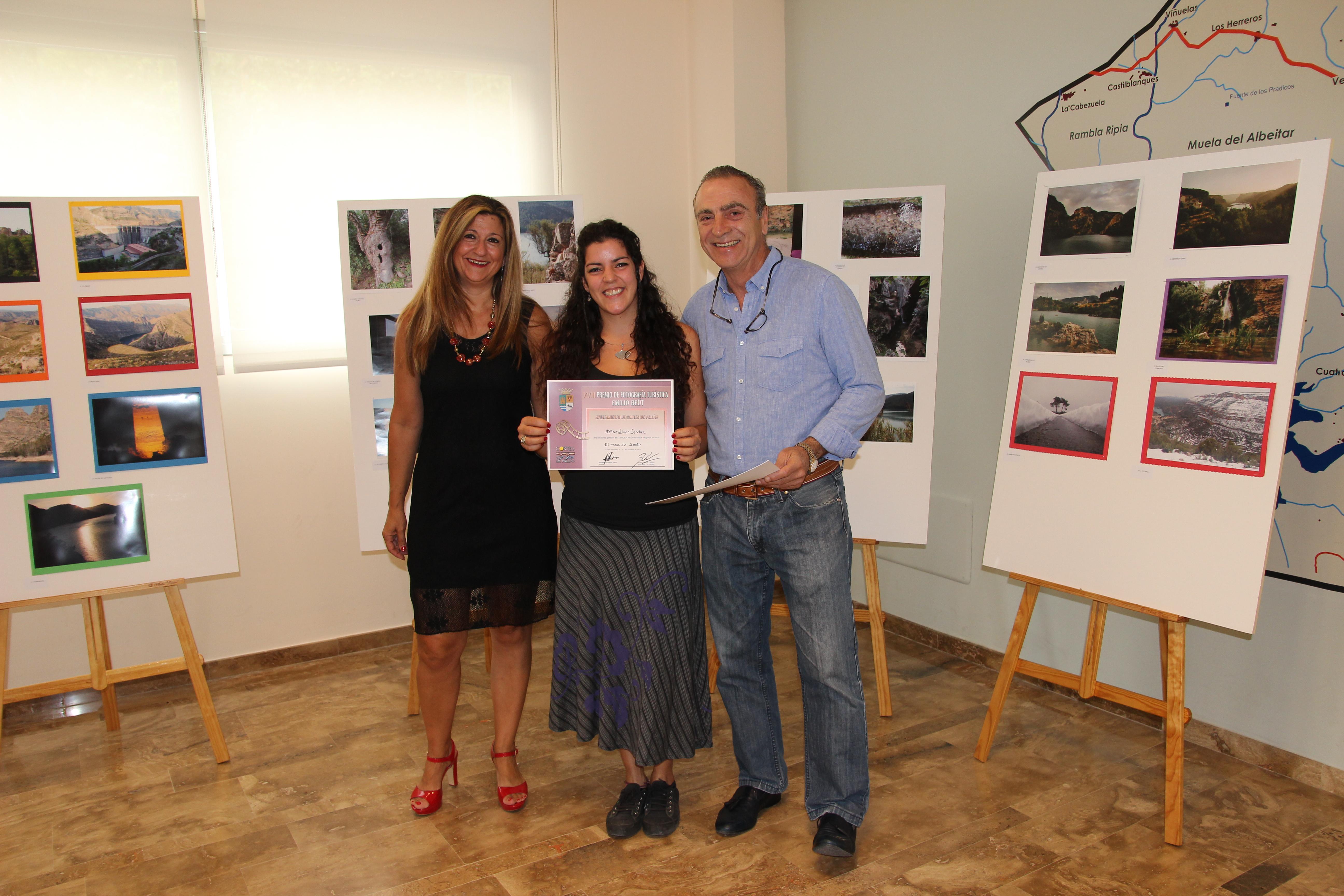 Un momento de la entrega a los premiados por parte de la edil Rosa Robledo y del alcalde, Fernando Navarro.