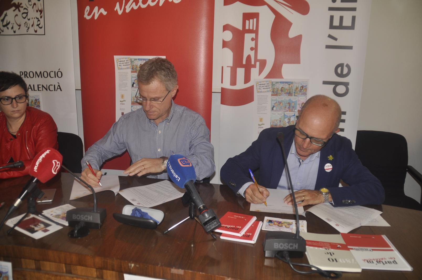 En la signatura van estar presents l'alcalde de la localitat, Salva Torrent, i el president de Escola Valenciana, Vicent Moreno.