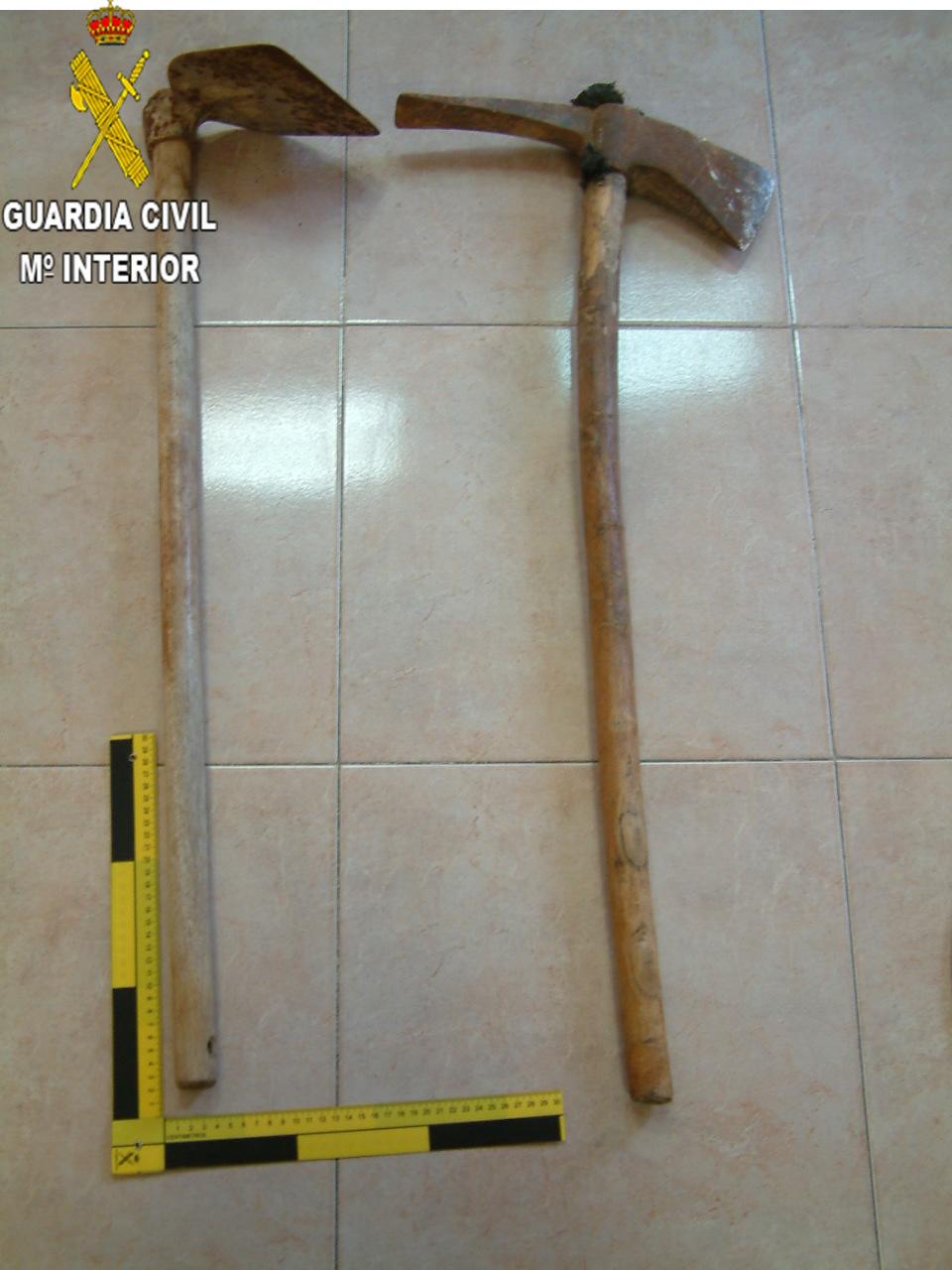 Se han incautado varias armas blancas, así como otros objetos peligrosos, como hachas y herramientas cortantes que empleaban en los robos.