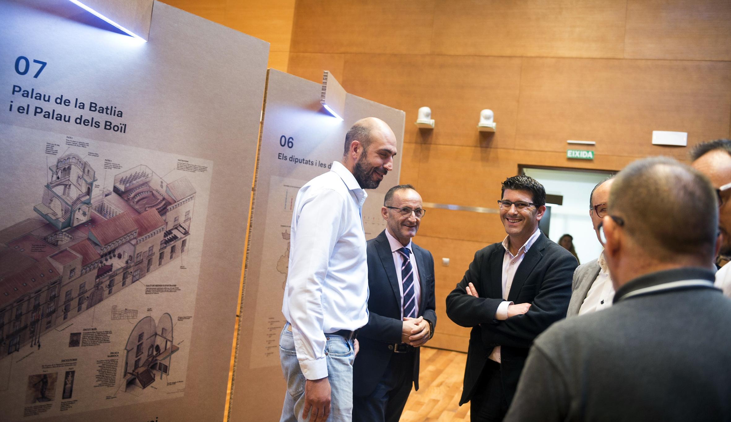 Jorge Rodríguez con los diputados Bartolomé Nofuentes y Pablo Seguí en la exposición 'Coneix la Diputació'.