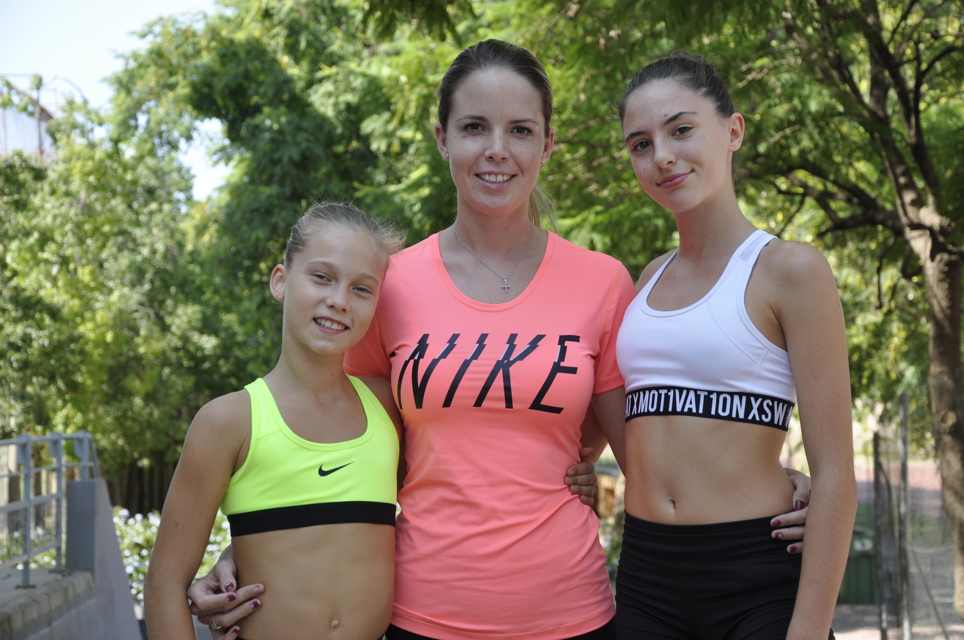 Irene y Laura junto a su entrenadora, Andrea Martínez.