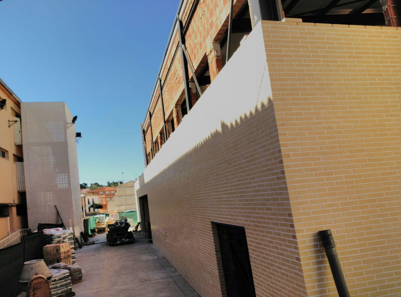 Llombai reconvierte el antiguo frontón en pabellón deportivo para un colegio con ayuda de la Diputació.