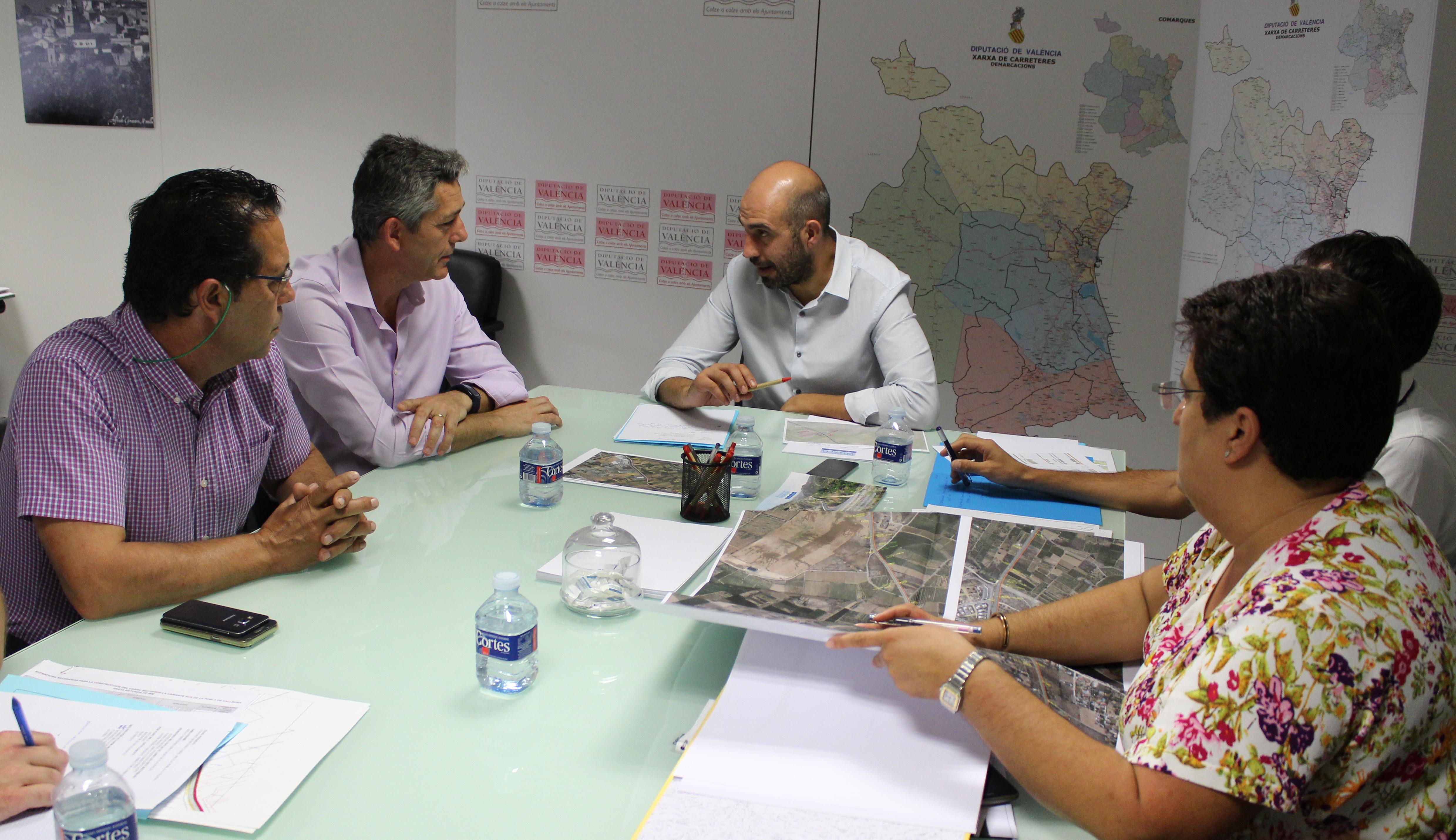 El diputat de carreteres s'ha compromès a incloure esta rotonda dins el projecte de construcció de carril bici del Pla de Mobilitat Ciclista i de Vianants que unirà la Pobla amb la zona residencial de Cap de l'Horta.