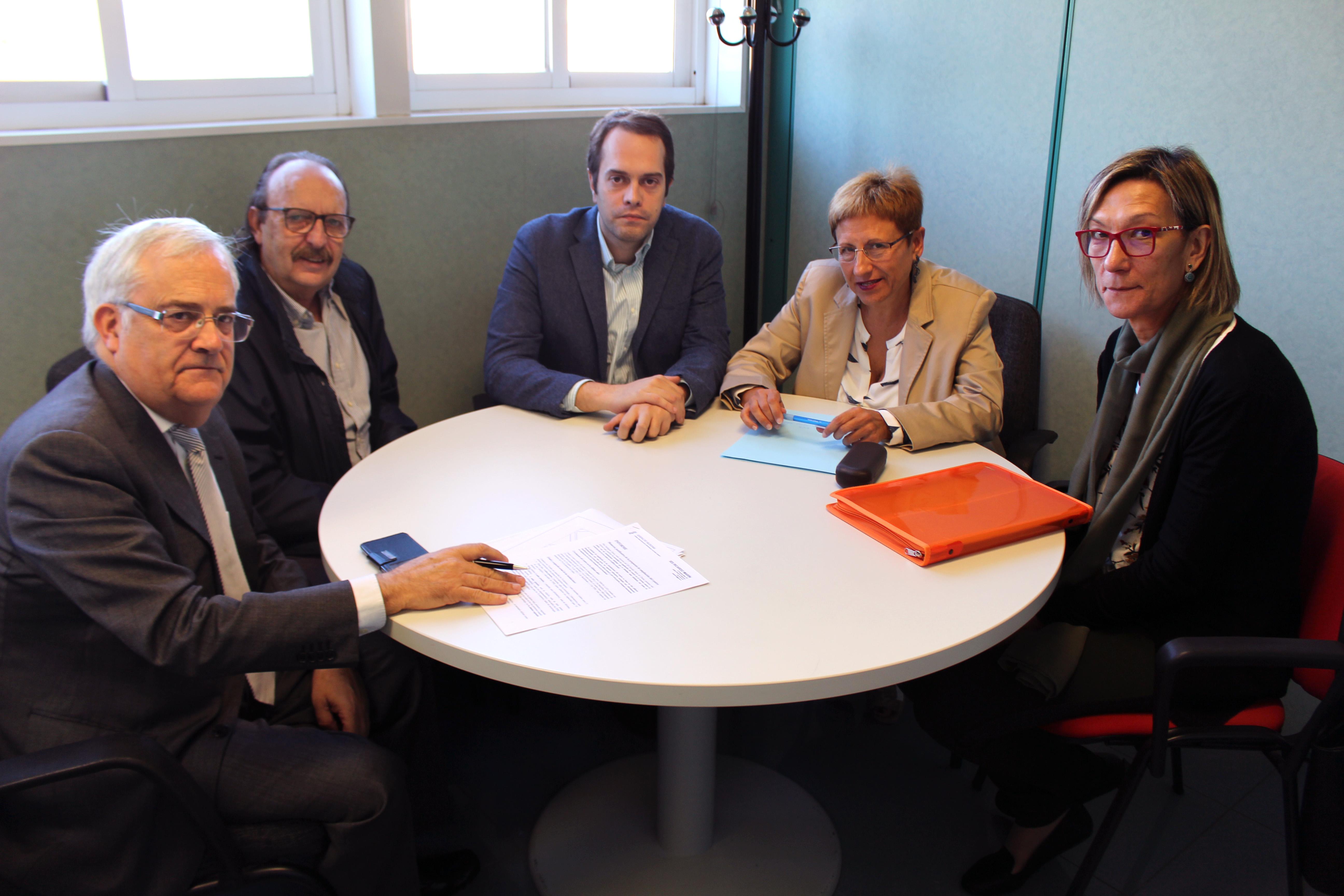 El alcalde de Cheste, José Morell, la concejala de Educación, Mª Ángeles Llorente, junto a la directora del I.E.S. Ricardo Marín, Pilar Rodríguez y el técnico de urbanismo, José García.