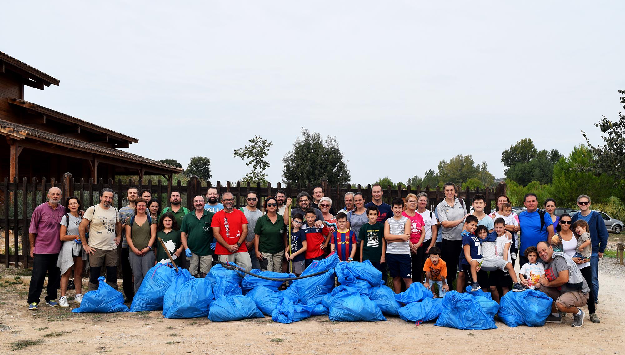 Ayer 46 voluntarios y voluntarias participaron en la limpieza de los caminos del río, para concienciar sobre la necesidad de mantener los espacios naturales en buen estado. Después tuvo lugar el trabajo de campo para analizar el estado ecológico del agua, con unos resultados óptimos.