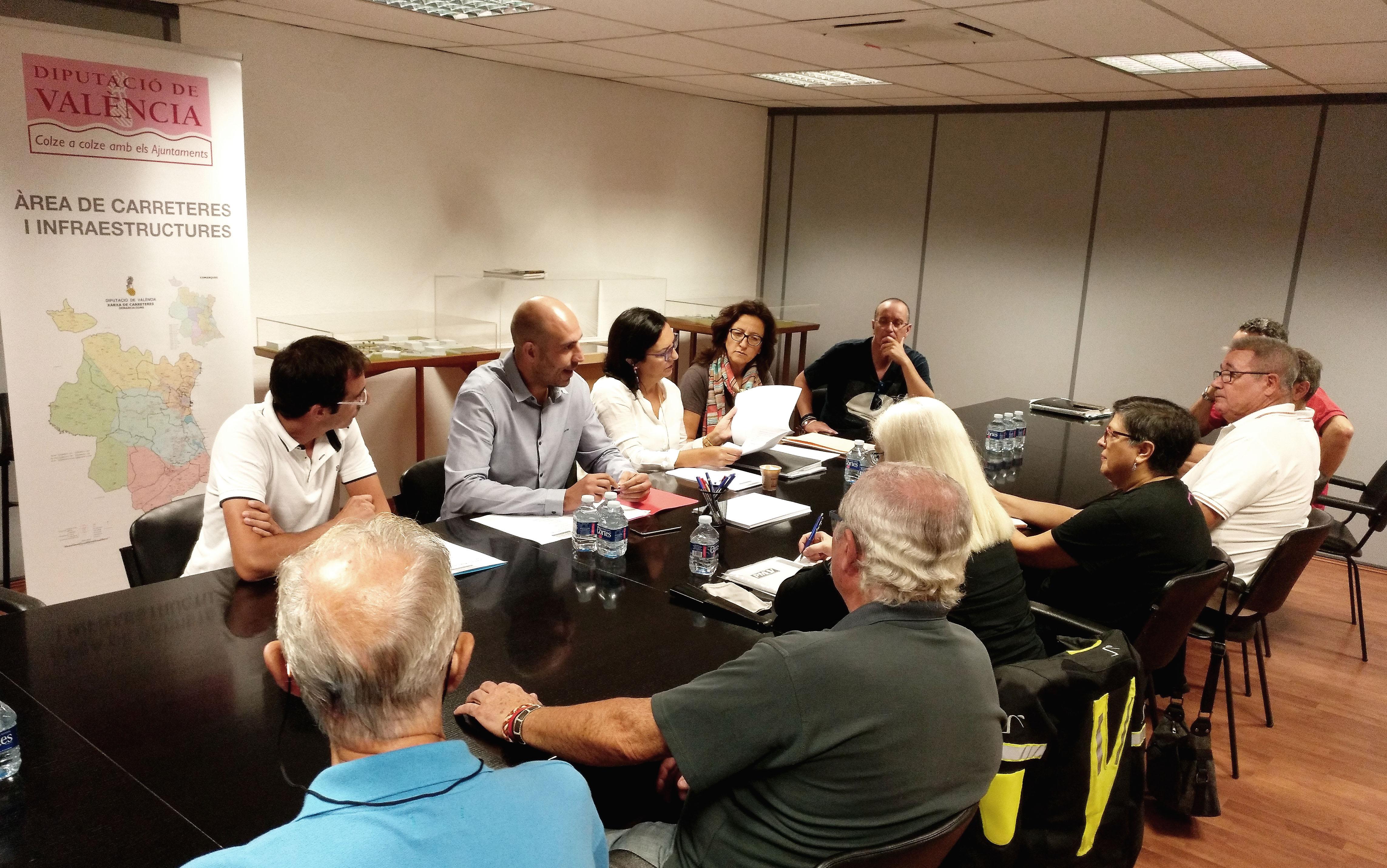 El diputado Pablo Seguí reunido con asociaciones de moteros en la Diputación.