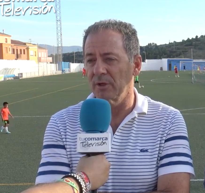 El nuevo entrenador del Club Deportivo Buñol, Javier Subirats, durante una reciente entrevista en tucomarca televisión.