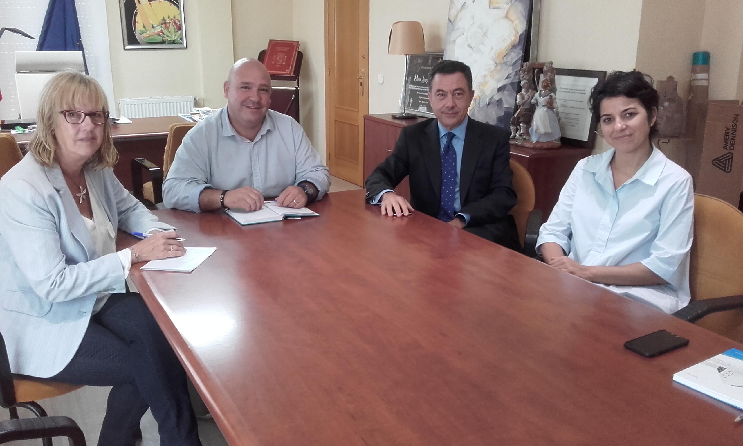 L'Alcalde de Turís, Eugenio Fortaña, a la reunió amb el nou director gerent de l'hospital de Manises, Ricardo Trujillo Casas.