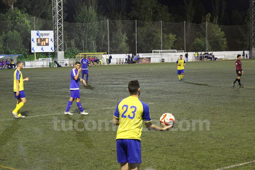 El CD Cheste no ha podido imponerse al Histórics contra el que ha caído por 1 gol a 2 en La Viña. Foto: Raúl Miralles.