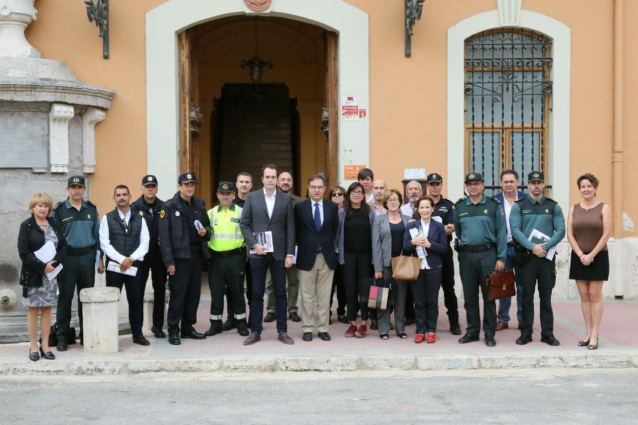 Los asistentes a la salida de la Junta de Seguridad en el Ayuntamiento de Cheste.