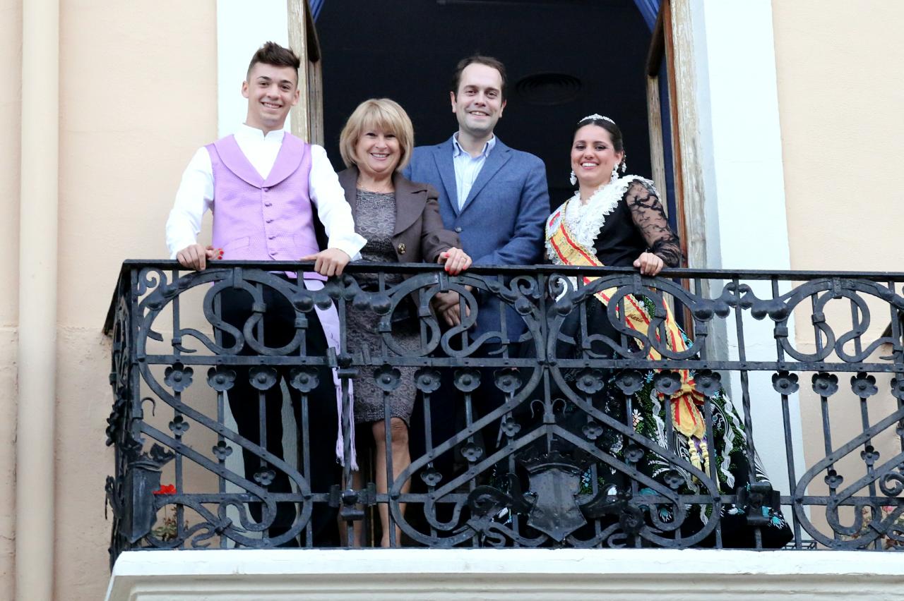 Desde el balcón del Ayuntamiento, la reina de las fiestas, María Andrés Carmona, el alcalde de Cheste, José Morell, y la concejala de Fiestas, Carmen Delgado, han invitado a todos los vecinos y vecinas a disfrutar y participar en los actos programados.