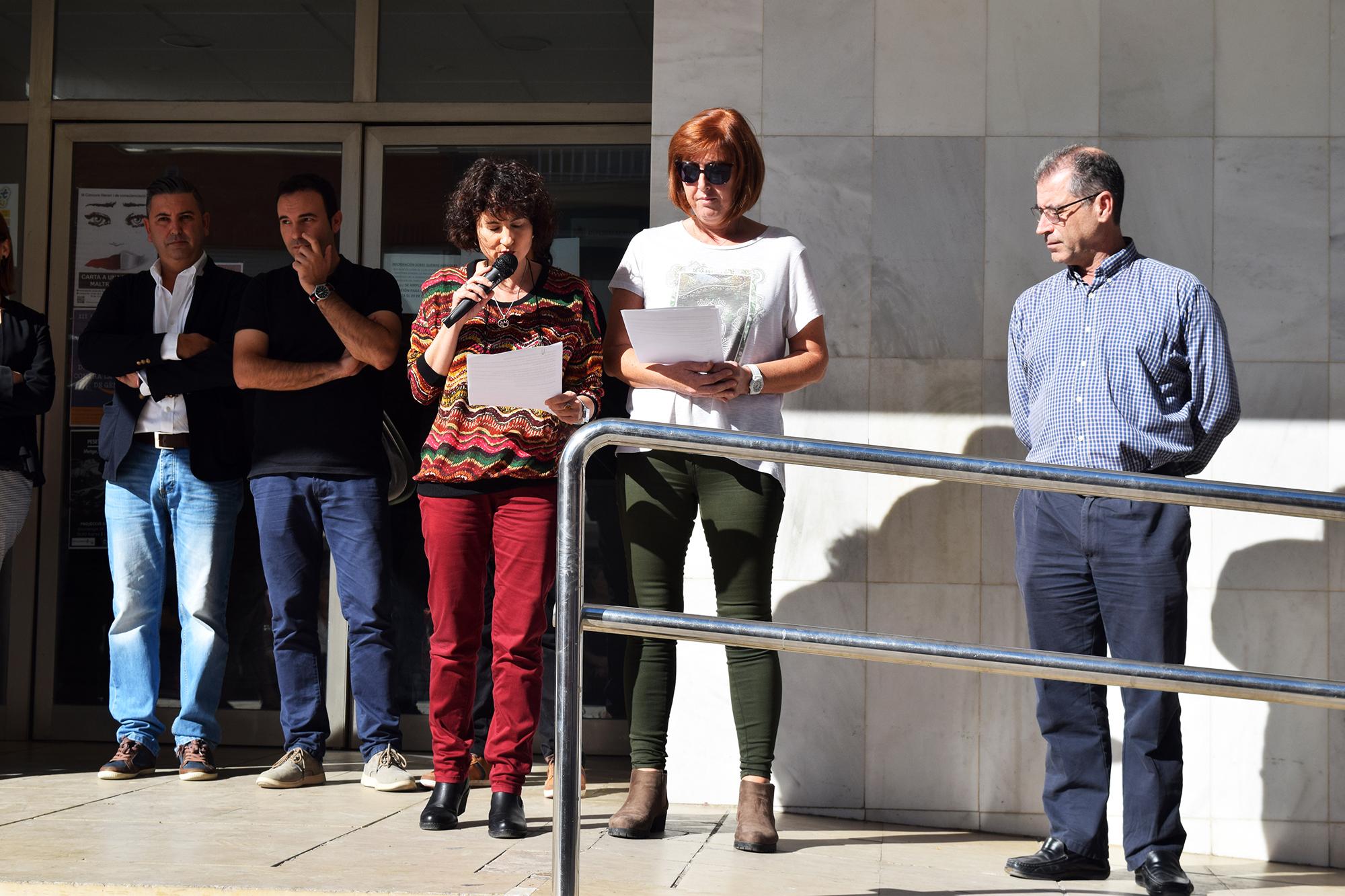 Veïns i veïnes de Vilamarxant han assistit a la lectura d'un manifest en condemna a les morts per violència masclista.
