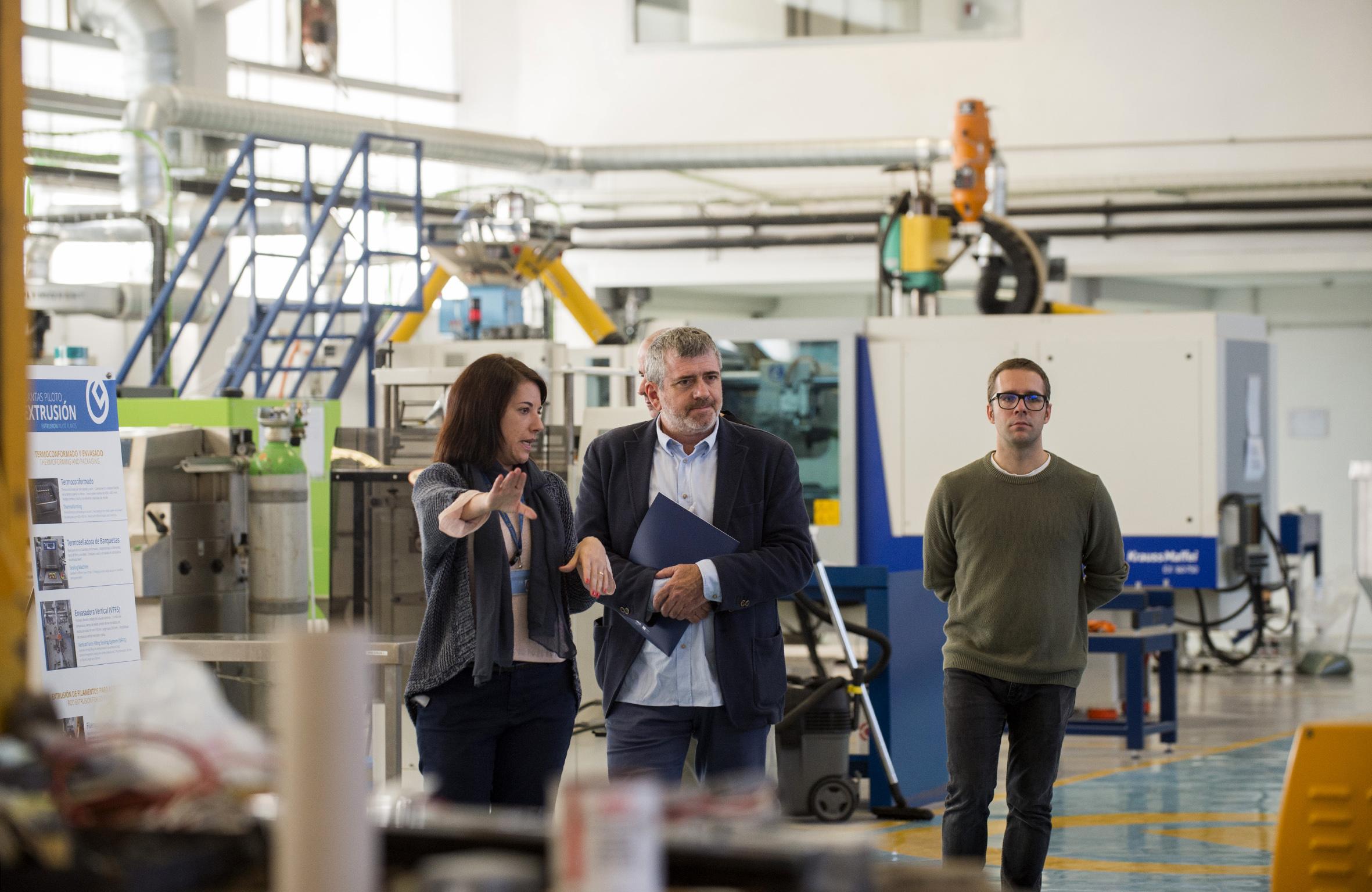 El diputado de Medio Ambiente, Josep Bort, durante su visita a las instalaciones de AIMPLAS.
