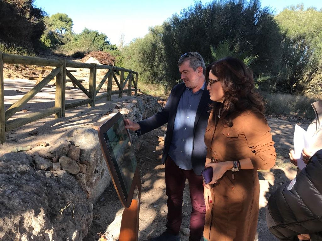 El diputado, Josep Bort, y la alcaldesa de Carlet, Maria Josep Ortega, revisan la nueva señalética.