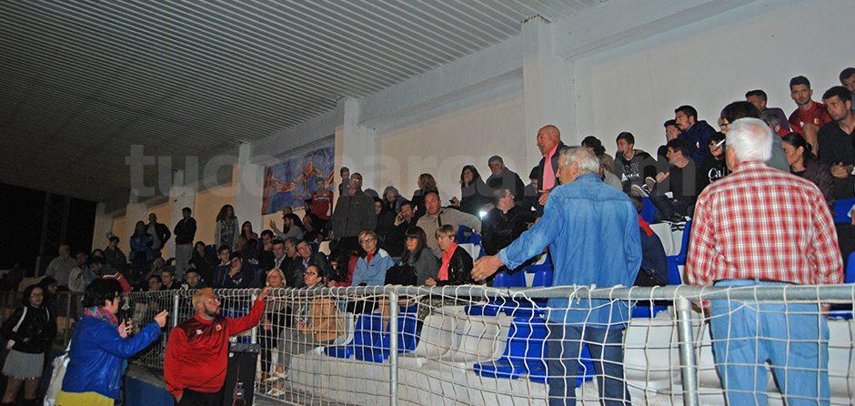 Un momento de la reunión mantenida en la grada del campo de fútbol Beltrán Báguena.