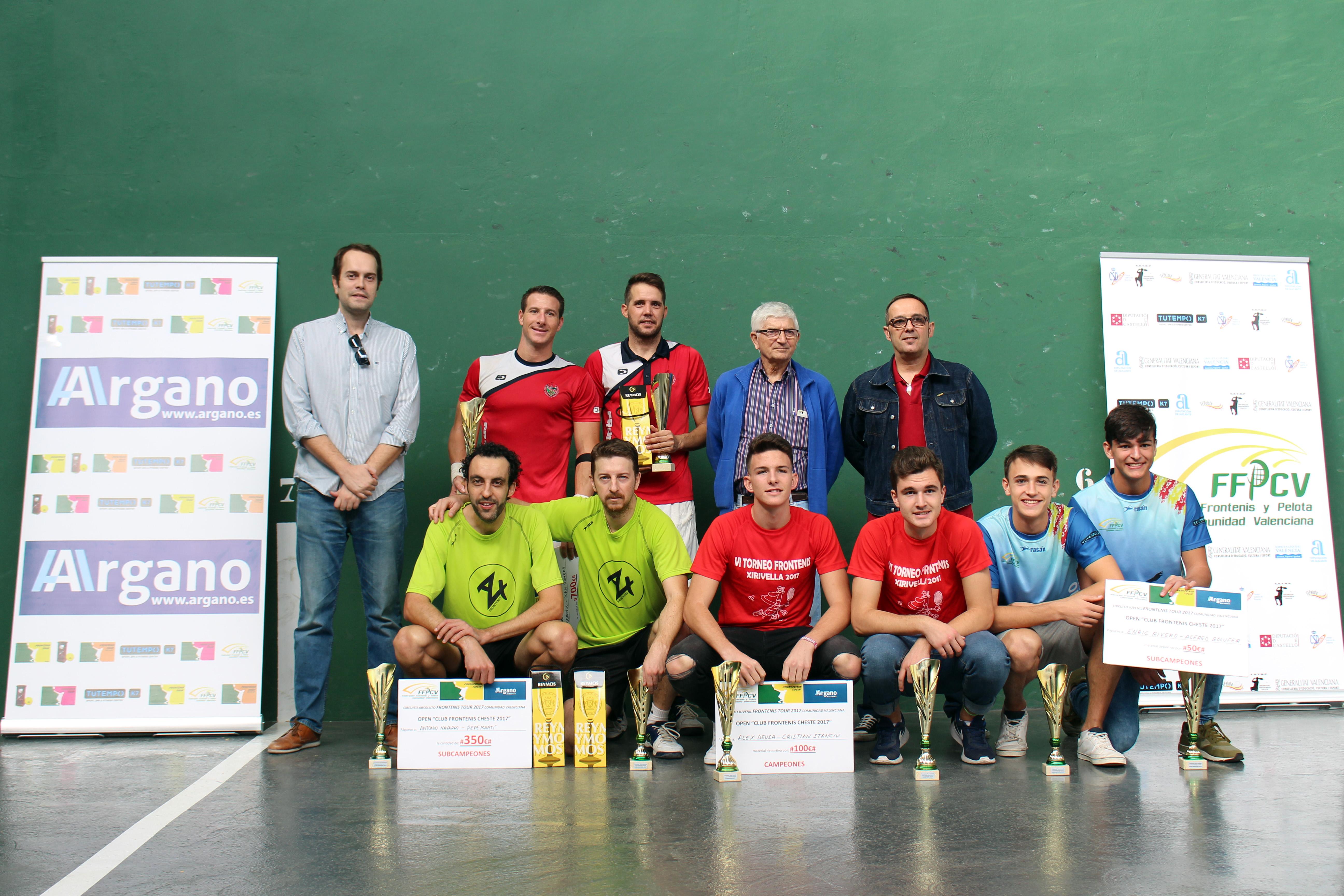 El alcalde de Cheste, José Morell, ha sido el encargado de otorgar los premios a los ganadores de este XVI Open Nacional de Frontenis.