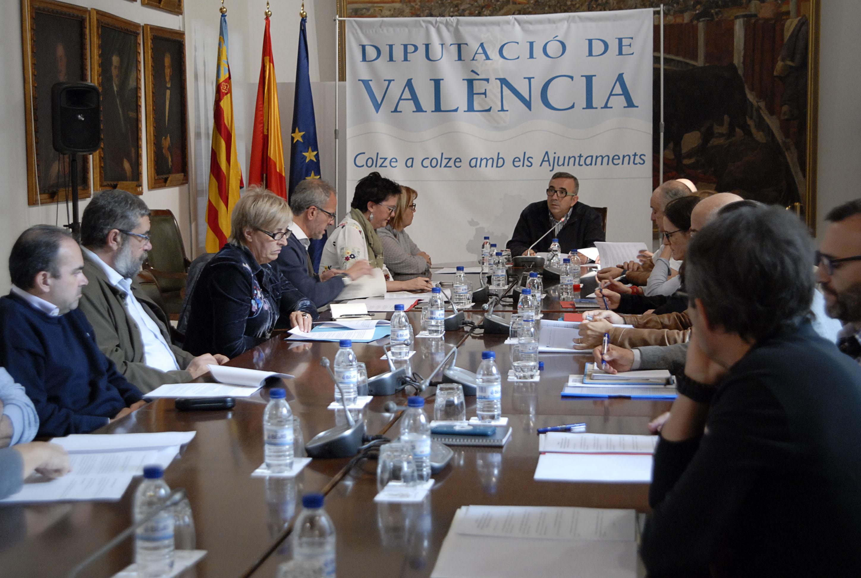 Reunión mantenida en la sede de la Diputació entre el diputado Voro Femenía y los alcaldes de Picassent, Benifaió, Alginet, Sollana, Almussafes, técnicos y funcionarios municipales.