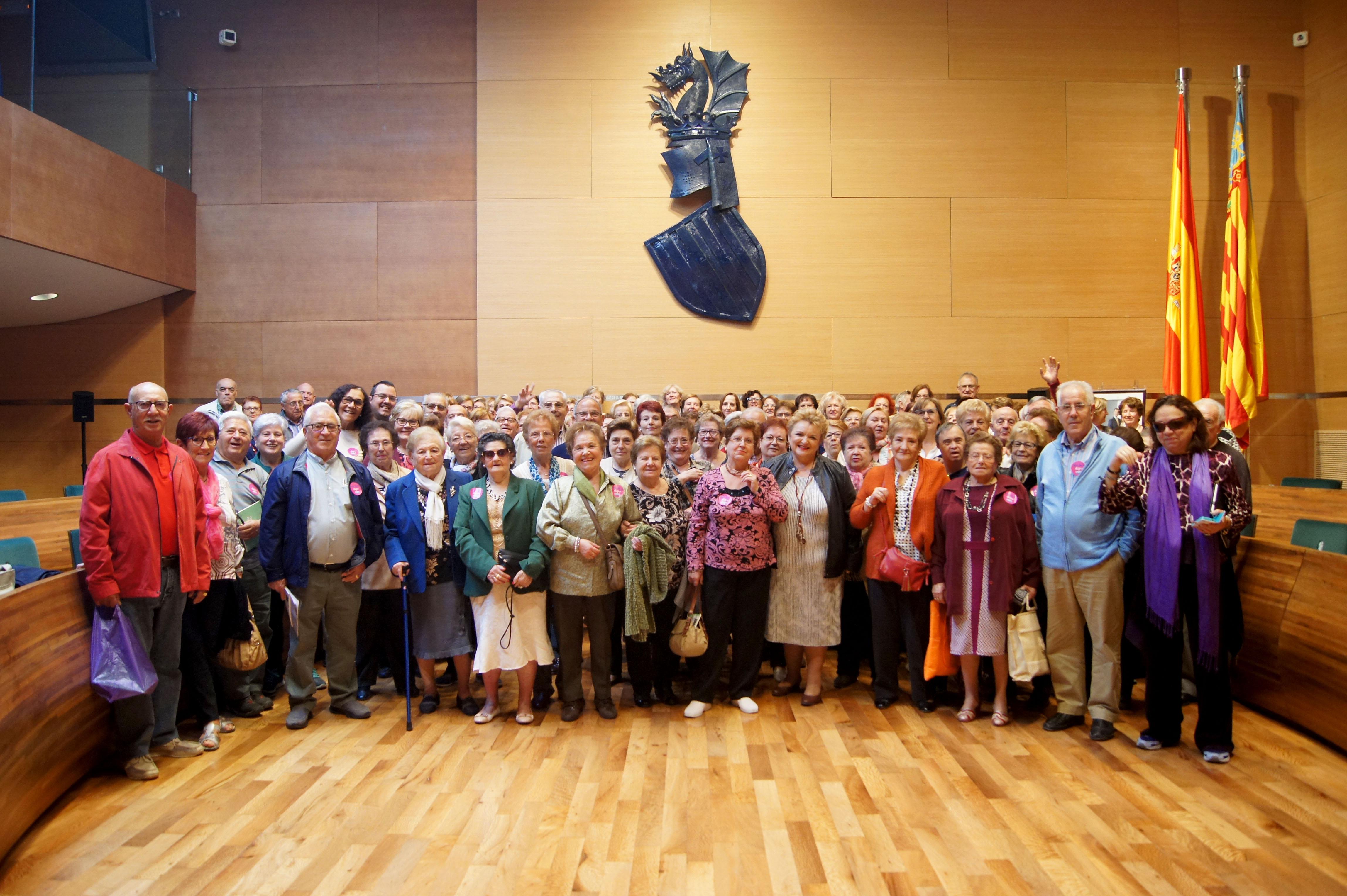 Los vecinos y vecinas de Requena y Burjassot durane la visita a la sede de la Diputación.