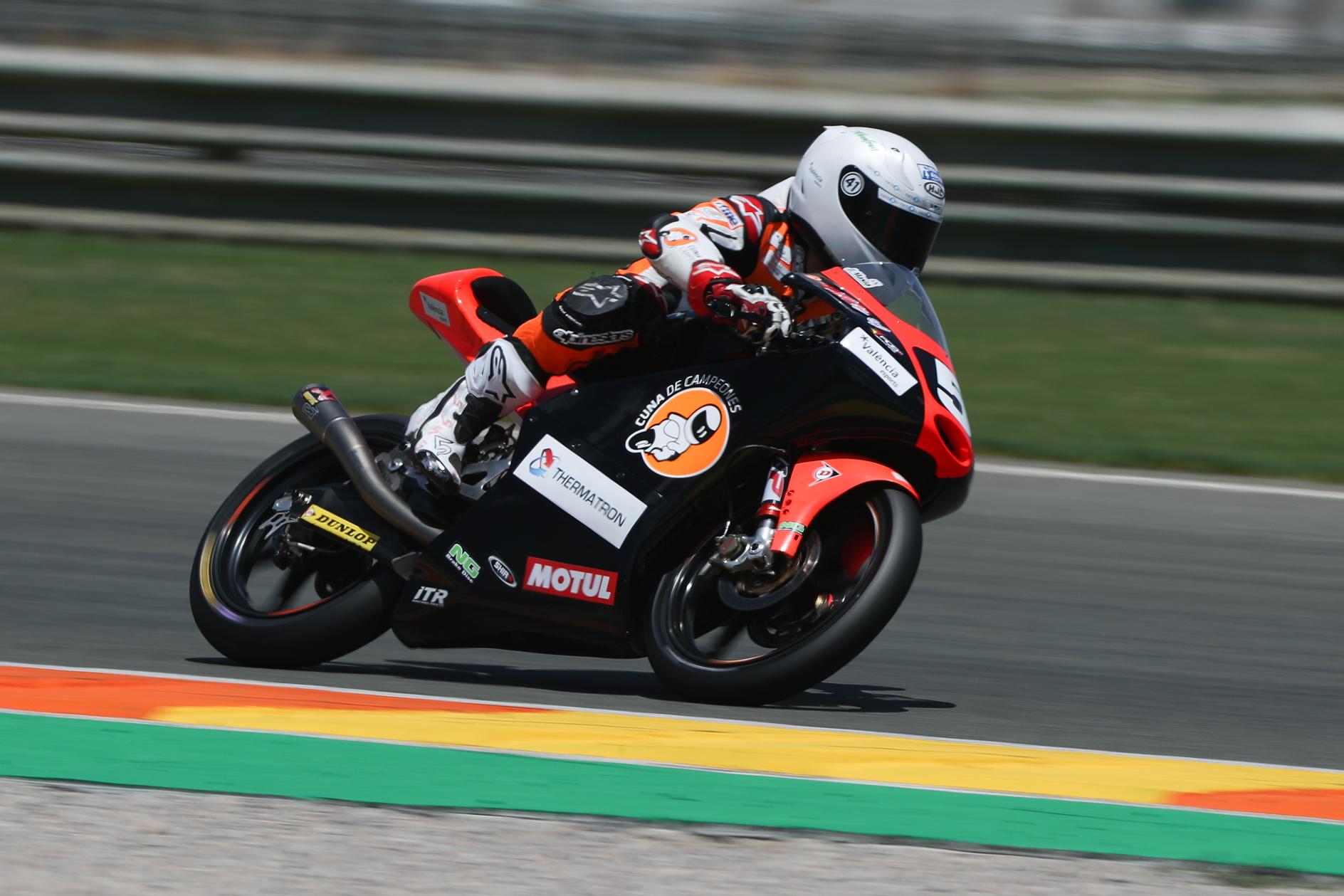 Jaume Masià damunt la seua moto al Circuit Ricardo Tormo de Xest.