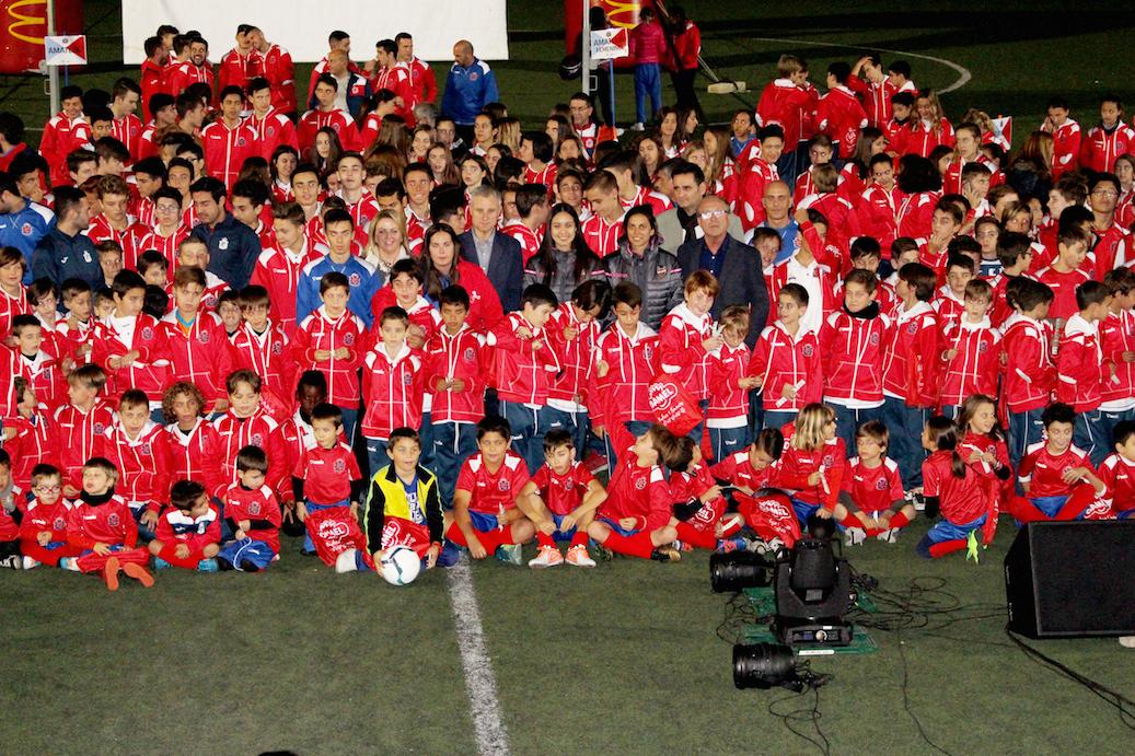 Los jóvenes jugadores del club durante la presentación.