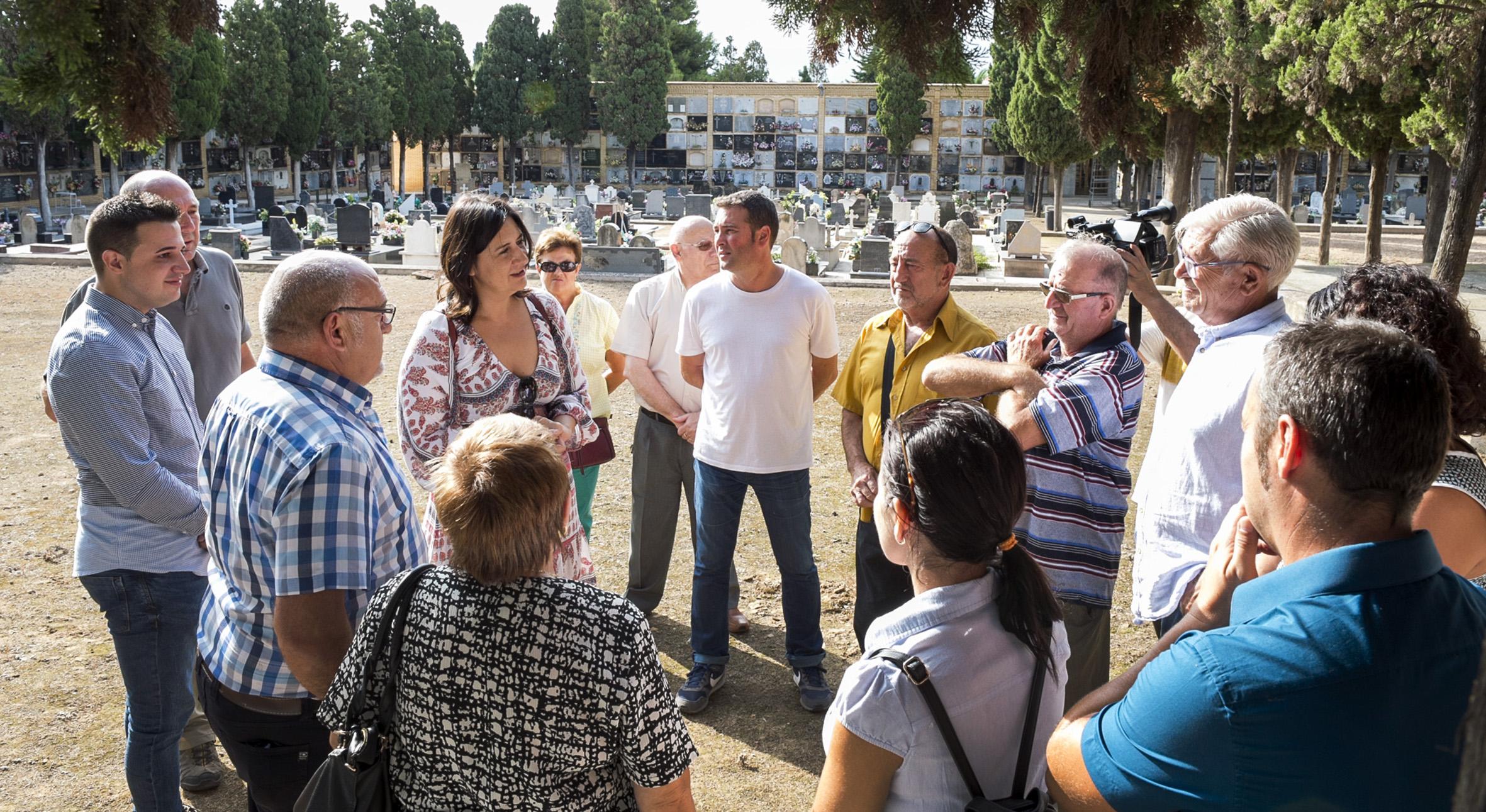 La diputada Rosa Pérez Garijo y familiares de las víctimas tras la exhumación de las fosas 54 y 55 del cementerio de Paterna.