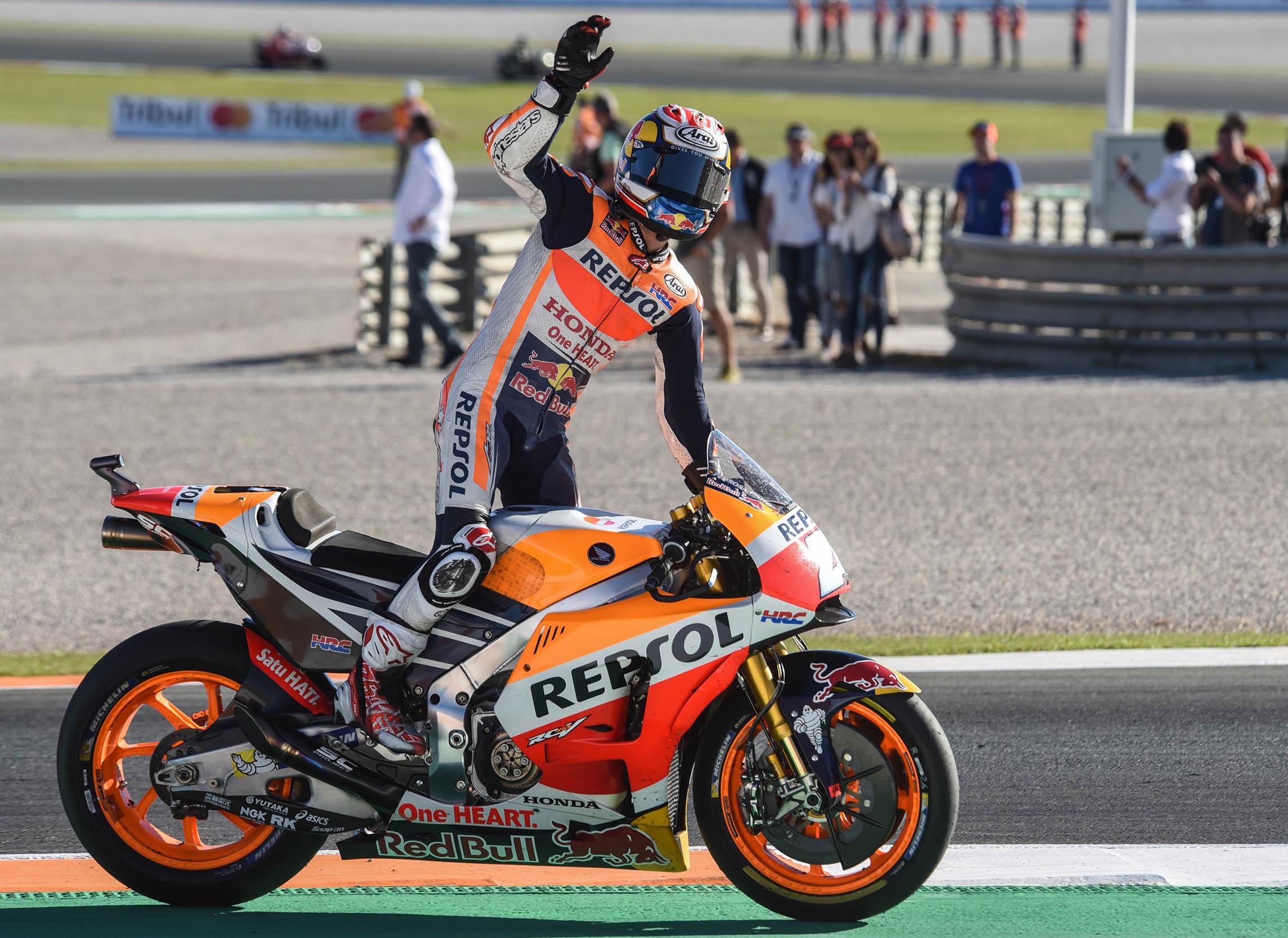 Dani Pedrosa celebra su triunfo en el GP de la Comunitat Valenciana que ha acogido el Circuit Ricardo Tormo de Cheste.