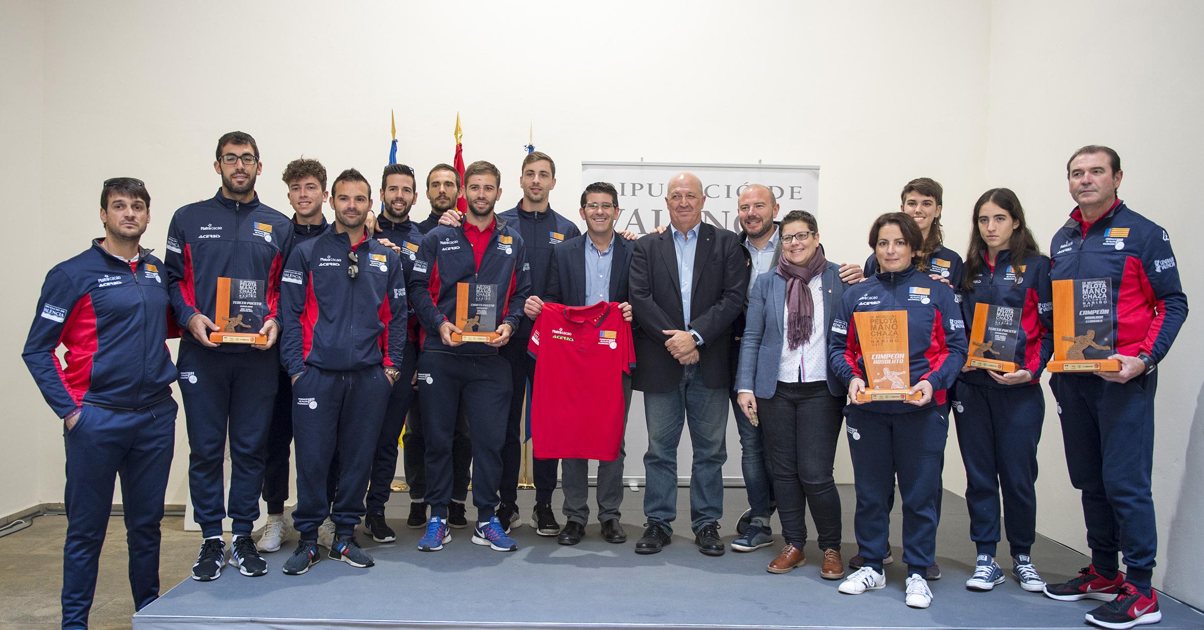 """Rodríguez a los campeones del mundo de pilota: """"La Diputació os seguirá apoyando porque sois un orgullo para València""""."""