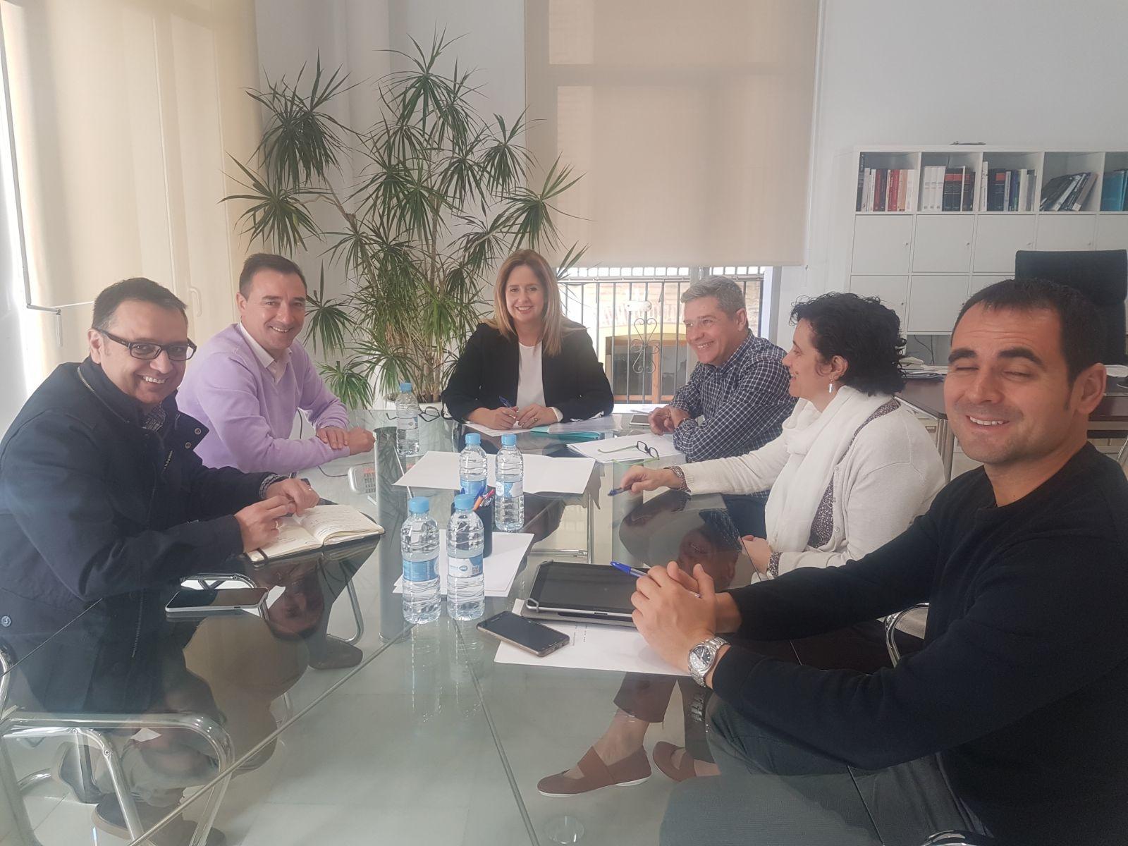 La directora general de la Entidad Pública de Infraestructuras de la Generalitat (EIGE y el alcalde de Riba-roja se han reunido para analizar el impulso y las mejoras de gestión previstas en 2018.