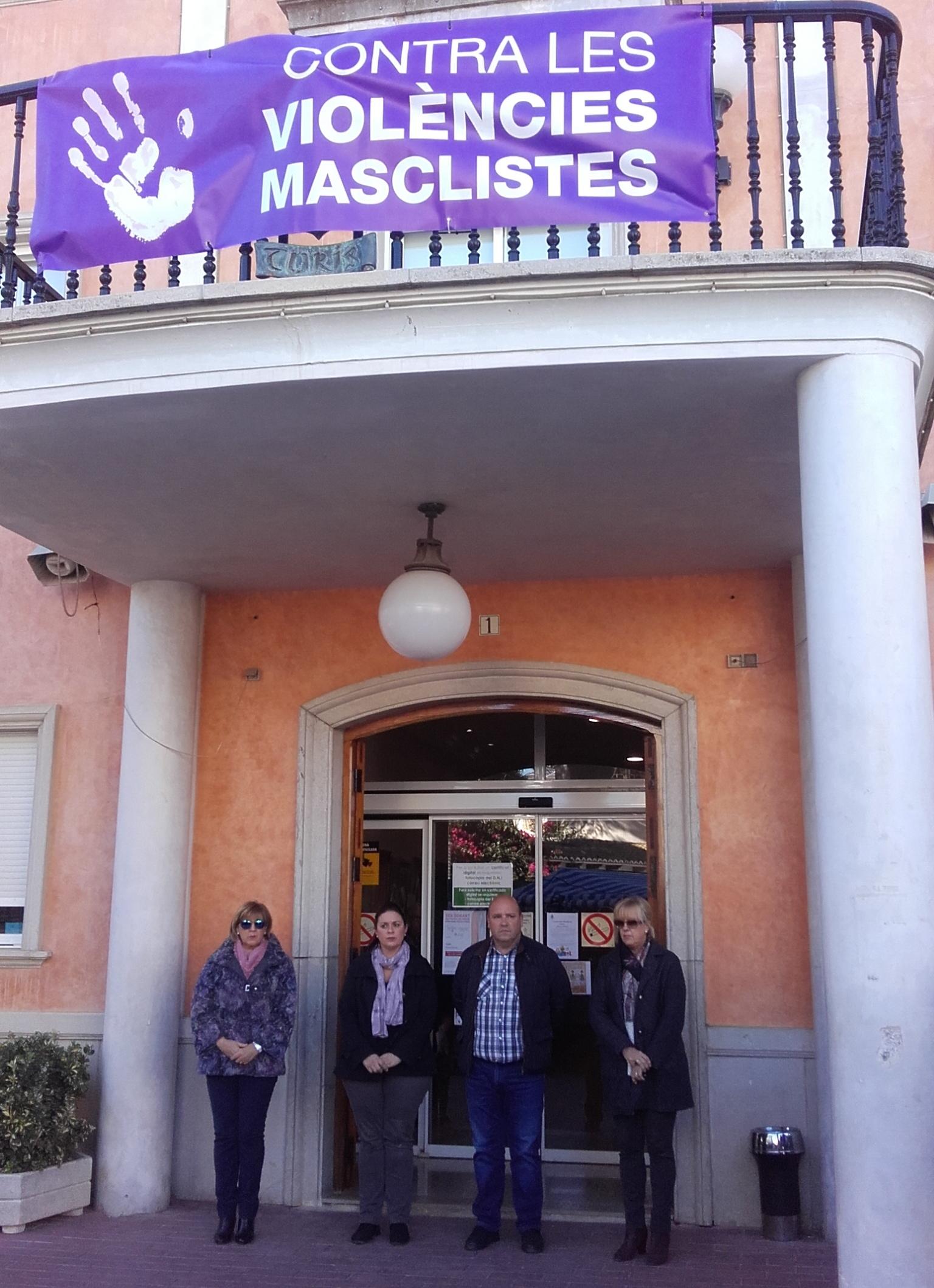 Minut de silenci davant les portes de l'Ajuntament de Turís.