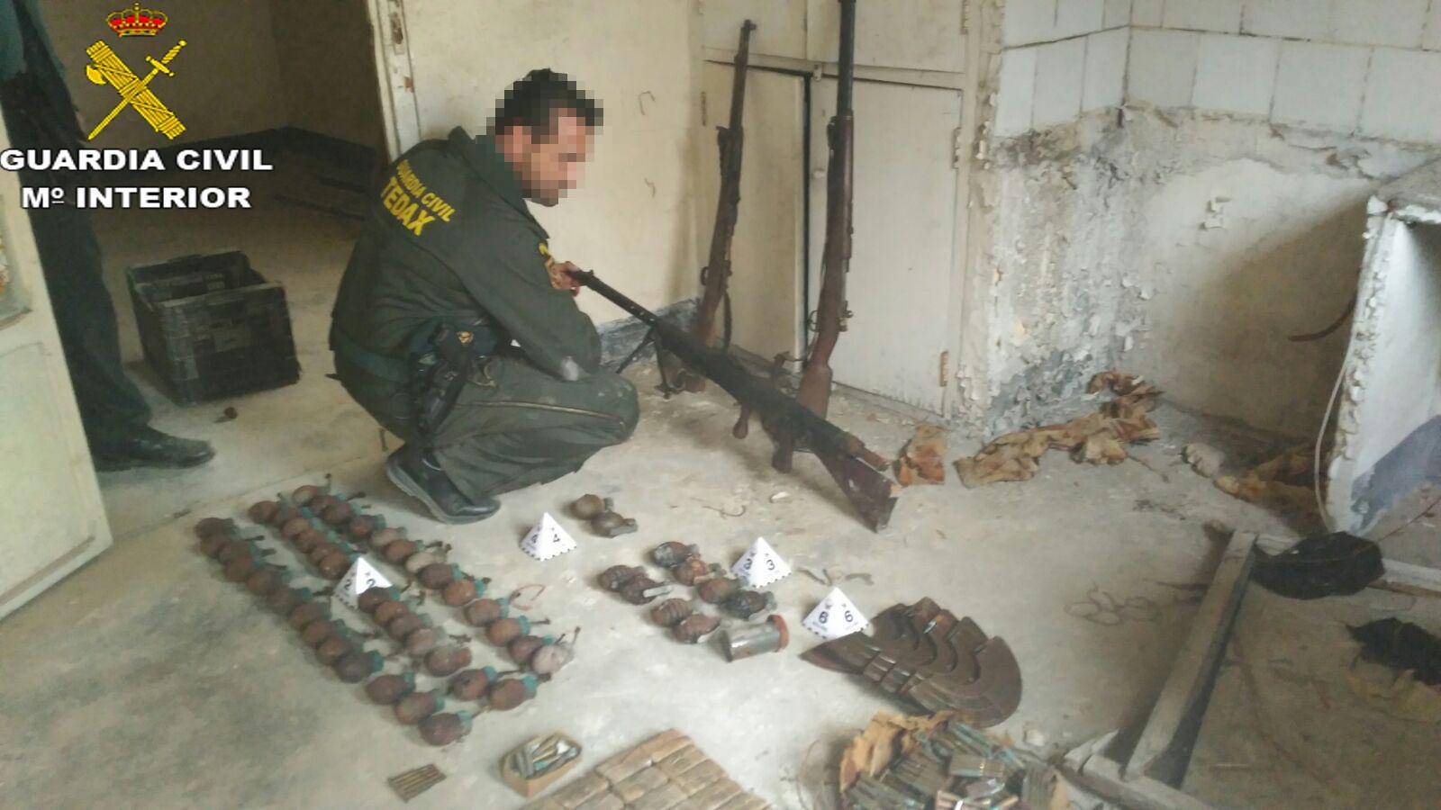 El Equipo de Desactivación de explosivos de la Guardia Civil de Valencia retiro de entre los escombros de una falsa pared, 2 mosquetones Mauser modelos 1906 y 1912, una ametralladora ligera, 50 granadas de mano y 772 cartuchos metálicos de 7.57 mm y 8 mm.