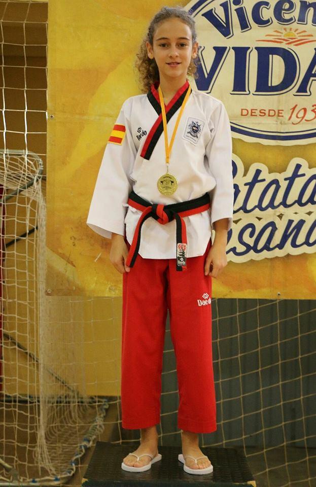 Daniela muestra satisfecha su primer oro en esta nueva categoría.