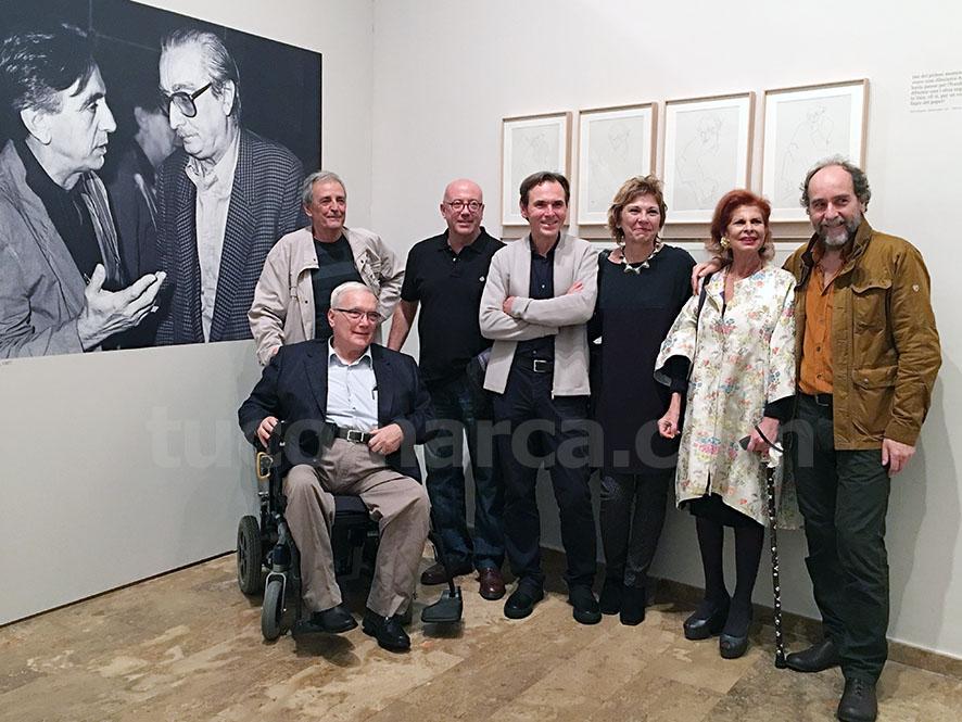 Imagen de los comisarios, Artur Heras y Anacleto Ferrer con la familia Alfaro, Carmen Albors y el presidente de la Fundación Martínez Guerricabeitia, José Pedro Martínez.