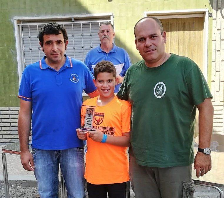 Germán recoge el premio con su hijo Jordi.