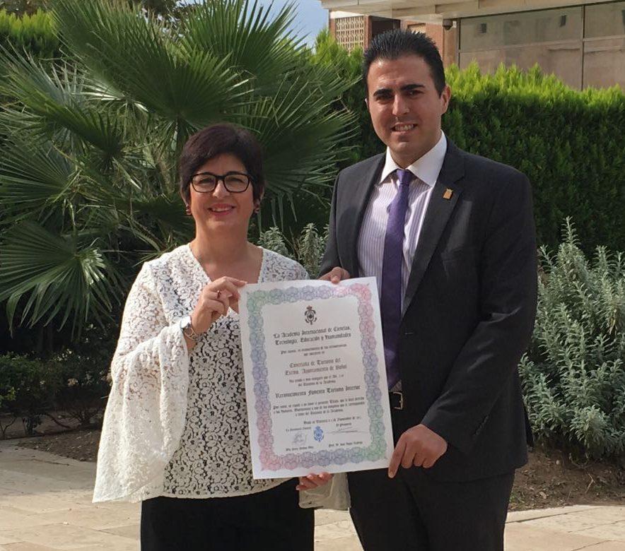 La alcaldesa, Juncal Carrascosa y el concejal de Turismo, Manuel Sierra, muestran el galardón recibido por el Ayuntamiento de Buñol.