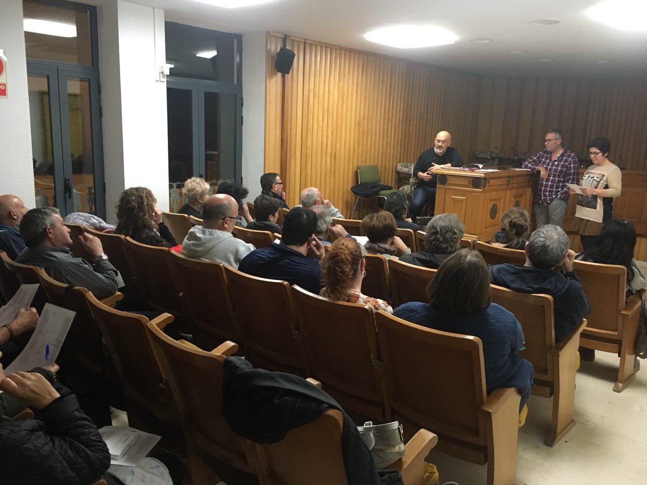 A esta reunión asistieron todos los representantes de entidades y asociaciones de la localidad, la alcaldesa, Juncal Carrascosa, y los sindicatos.