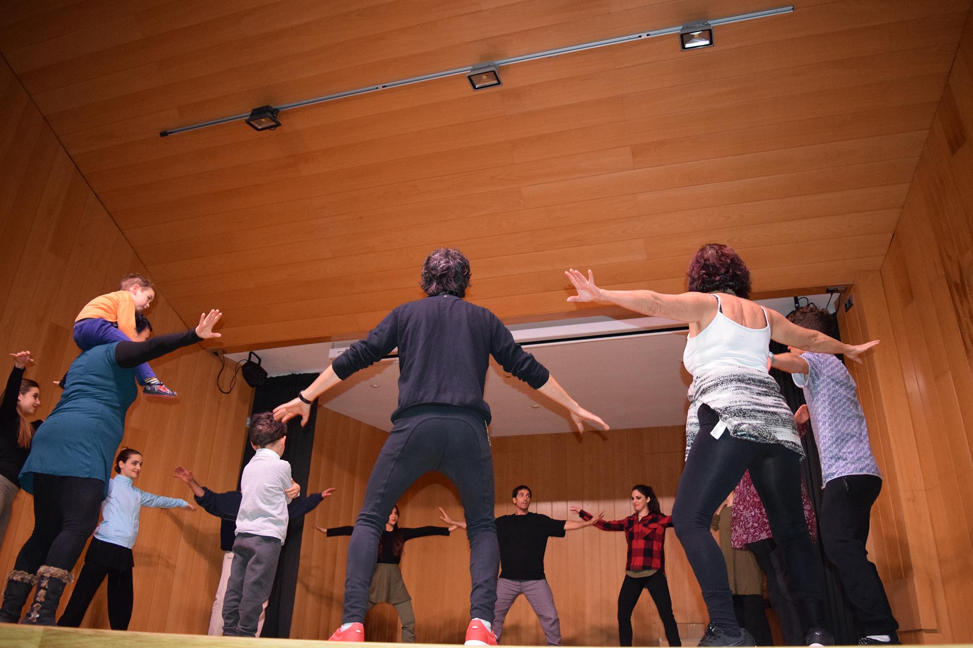El ballarí i coreògraf Abel Martí Belda va dirigir un dinàmic taller de dansa en què van participar persones de totes les edats.