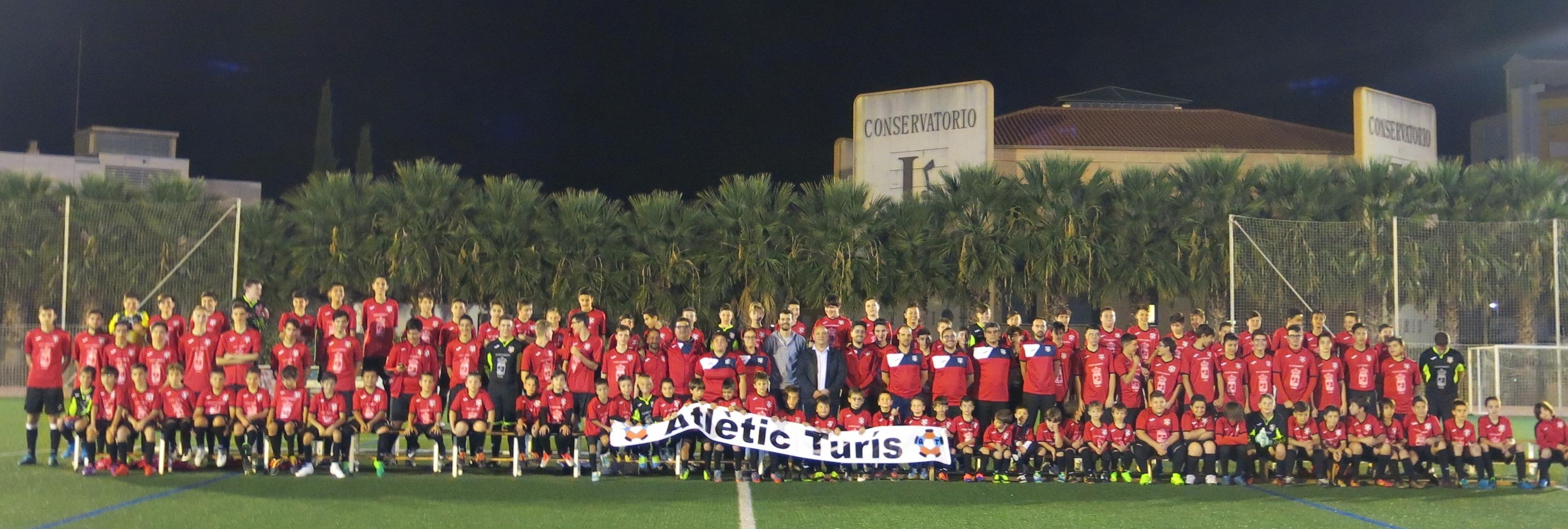 L'escola municipal de futbol base Atlètic Turís amb el alcalde, Eugeni Fortaña y el concejal d'esports, Gabi Hervàs.