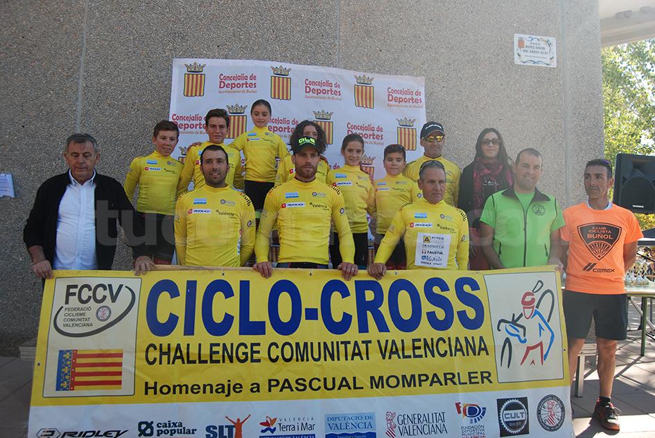 Los maillot amarillo posan en el II Ciclocross Villa de Buñol.