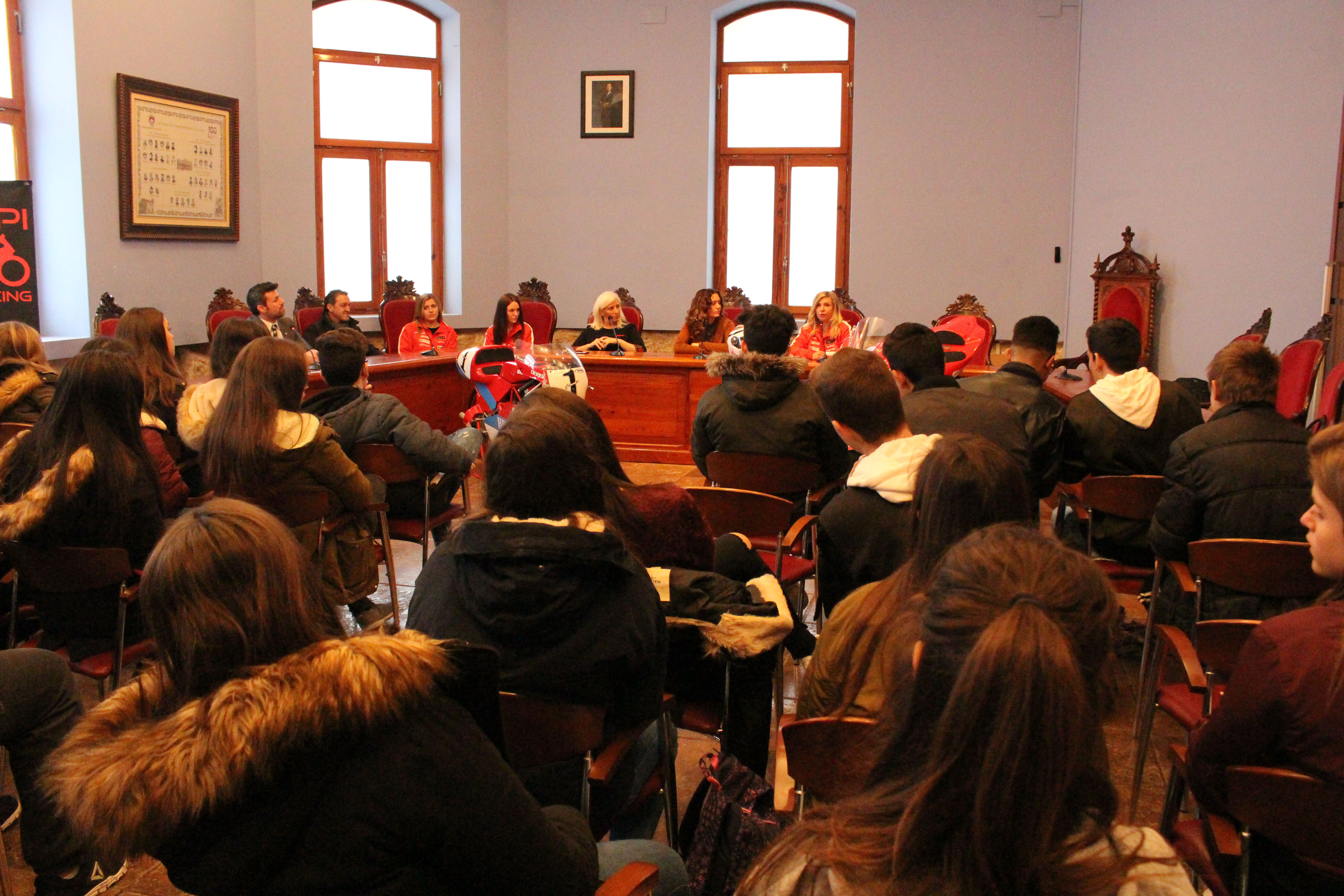 l debate estuvo moderado por Rafa Comin y en él se plantearon diferentes temas relacionados con la educación en igualdad de condiciones en relación con el equipo y se puso en valor la trayectoria de las mujeres en el deporte del motociclismo.