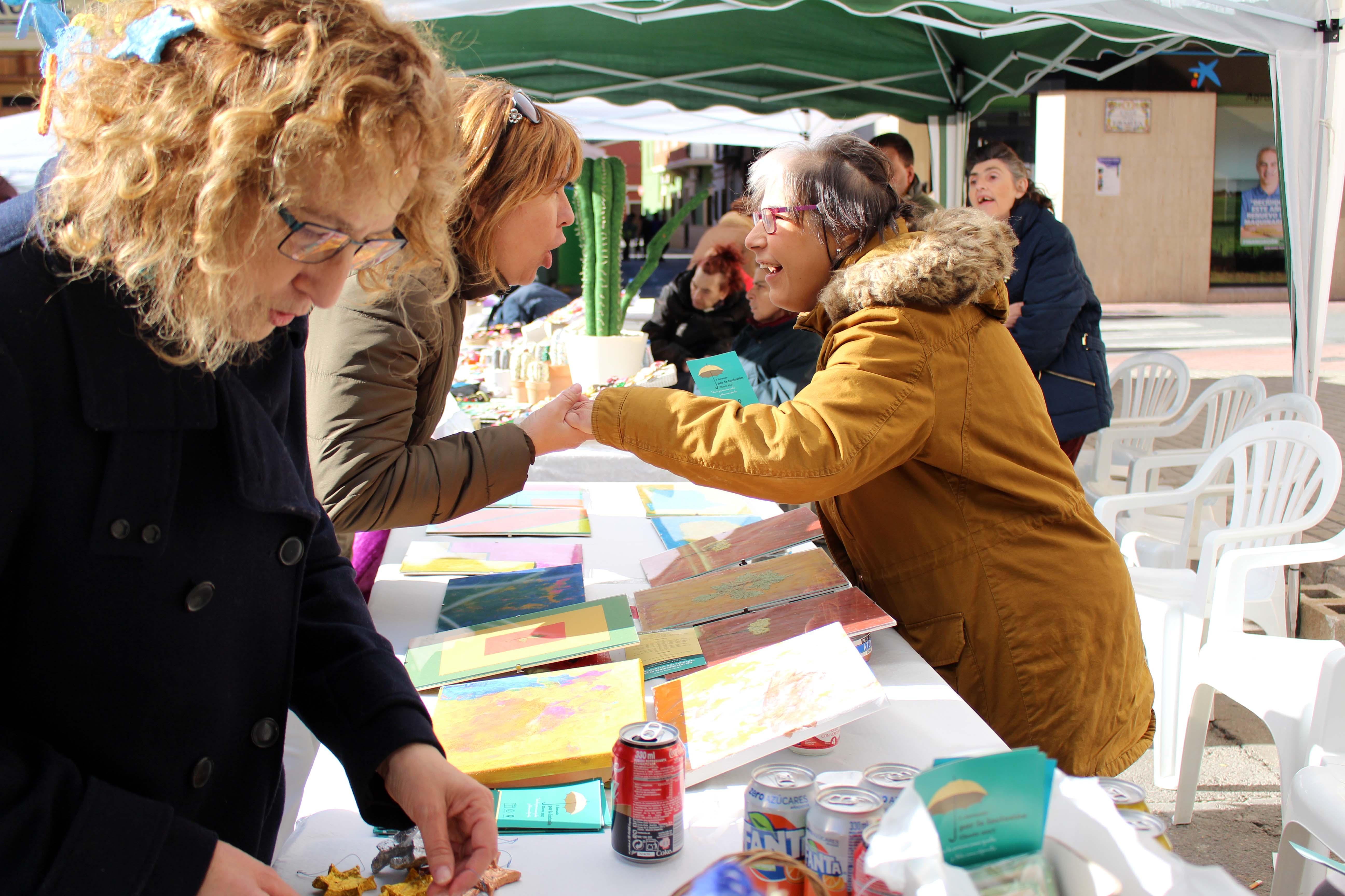 Paralelamente a la realización de los talleres se abría al público una exposición en la que las entidades participantes pudieron vender algunas de sus piezas artesanales.
