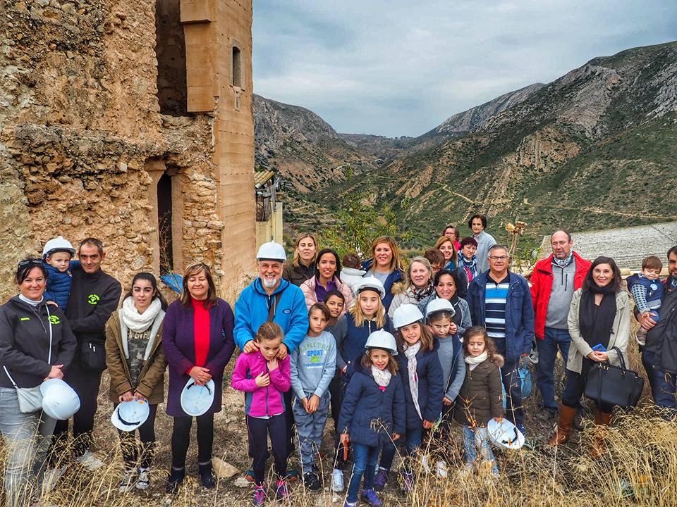 Participantes en la visita a la Torre de Vilagarut de Dos Aguas.