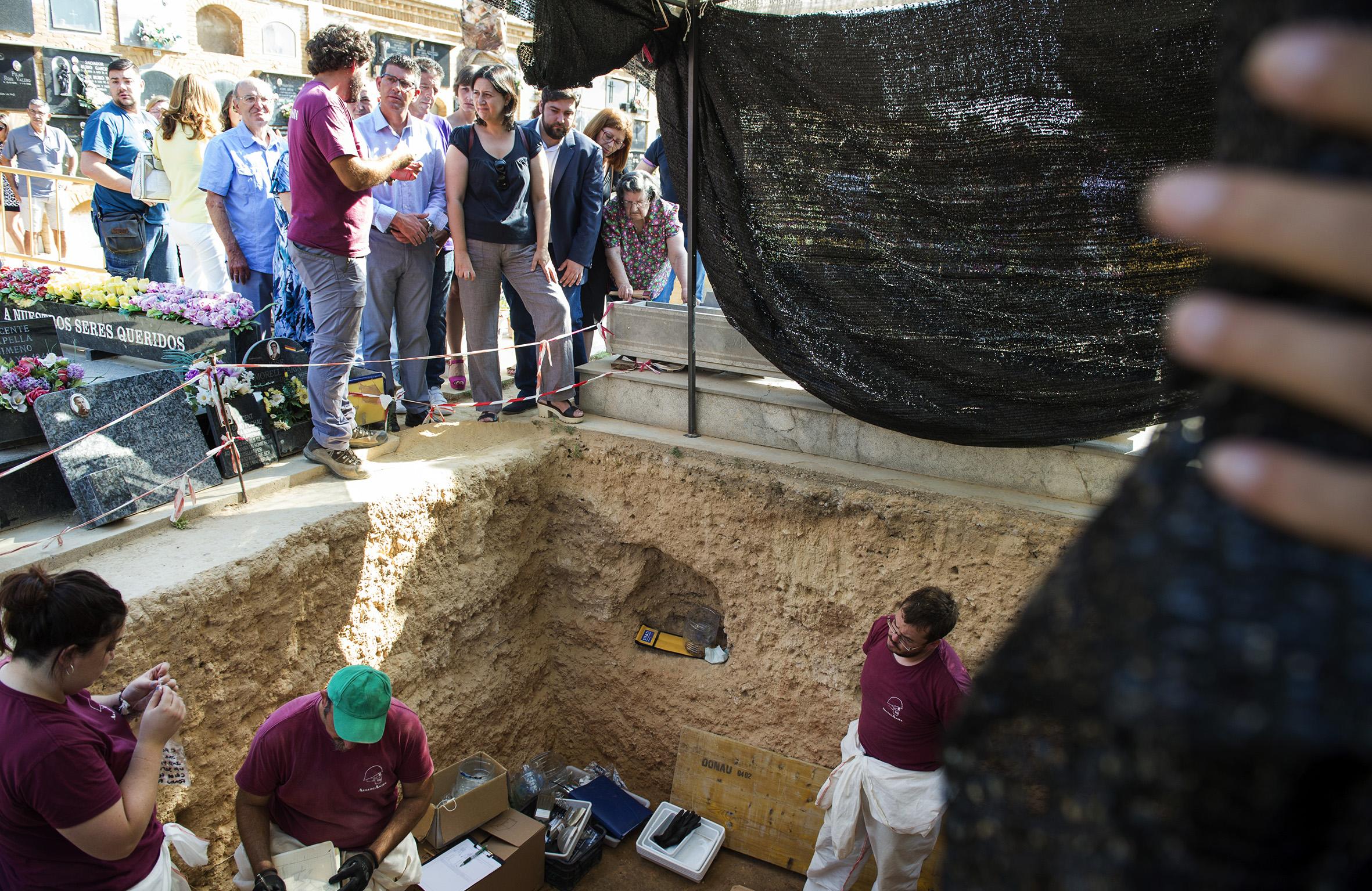 Jorge Rodríguez y Rosa Pérez Garijo visitan el cementerio de Paterna durante las exhumaciones de la fosa 113.