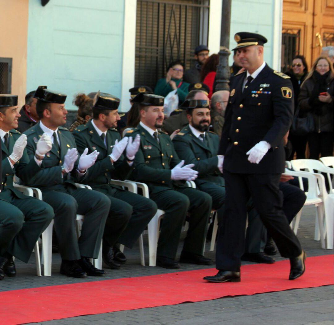 El Jefe de la Policía Local de Godelleta durante la entrega del reconocimiento. ■ tc.c