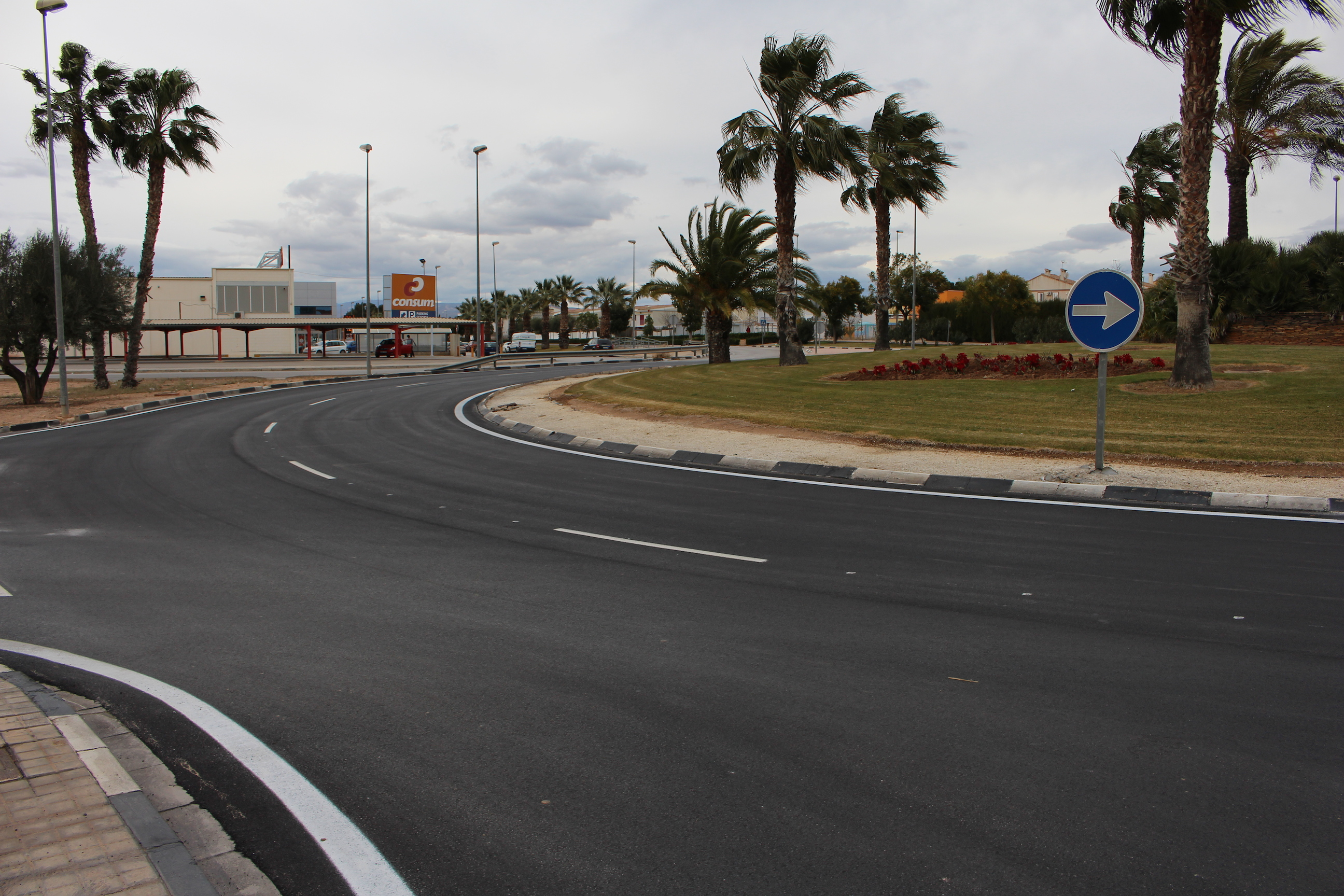 Hi ha obres en la rotonda d'entrada al nucli urbà de la Pobla de Vallbona.
