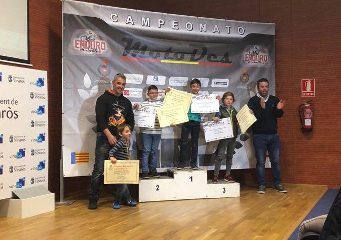 Los jóvenes pilotos del Moto Club Buñol en el podio. Foto: Elio Zanón.