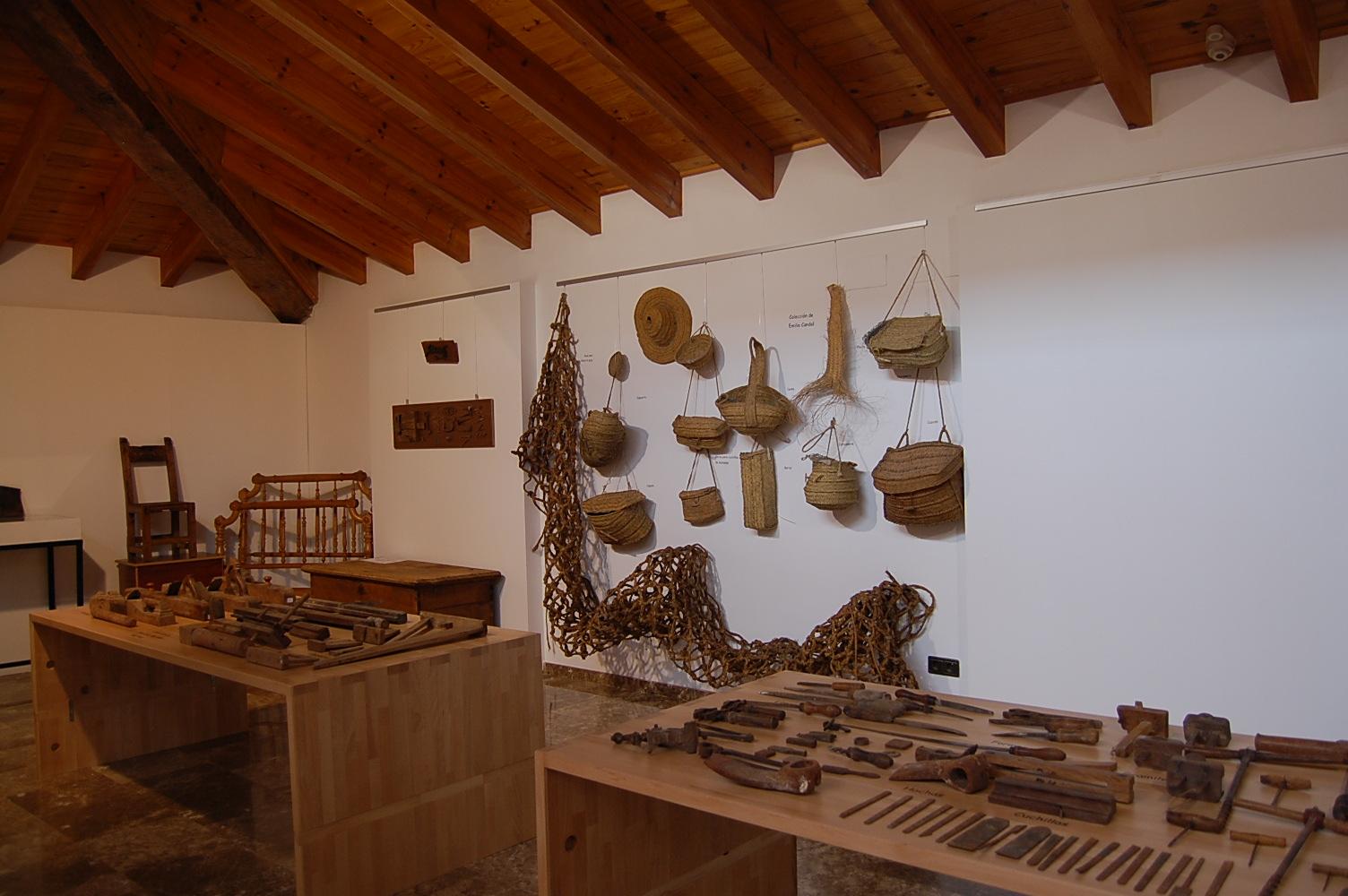 Los objetos que se exponen explican las costumbres y oficios del municipio.