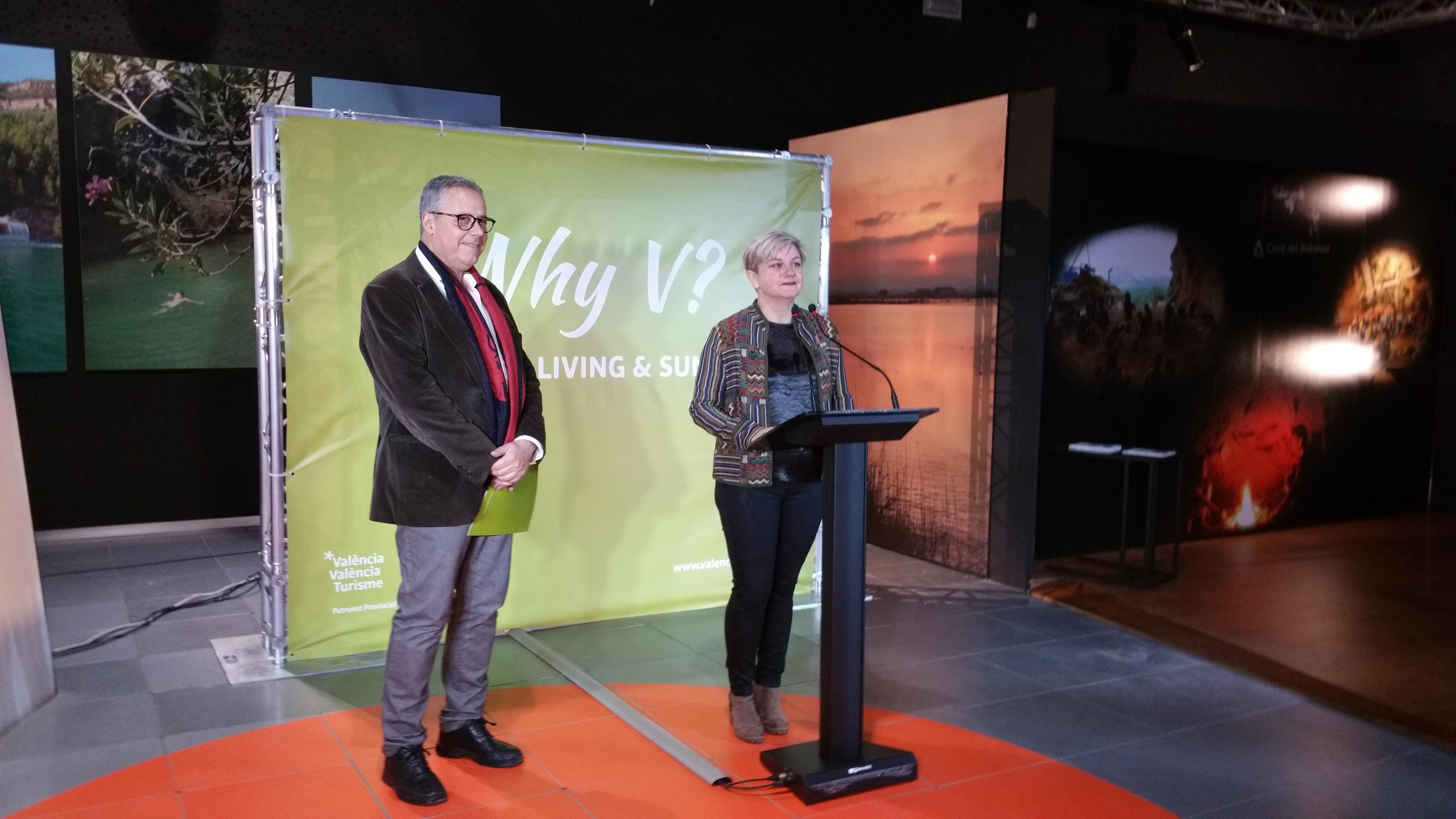 """""""Why V?"""" exportarà al món el Mètode Valencià per a gaudir del turisme en el territori valencià. Pilar Moncho i Evarist Caselles durant la presentació."""