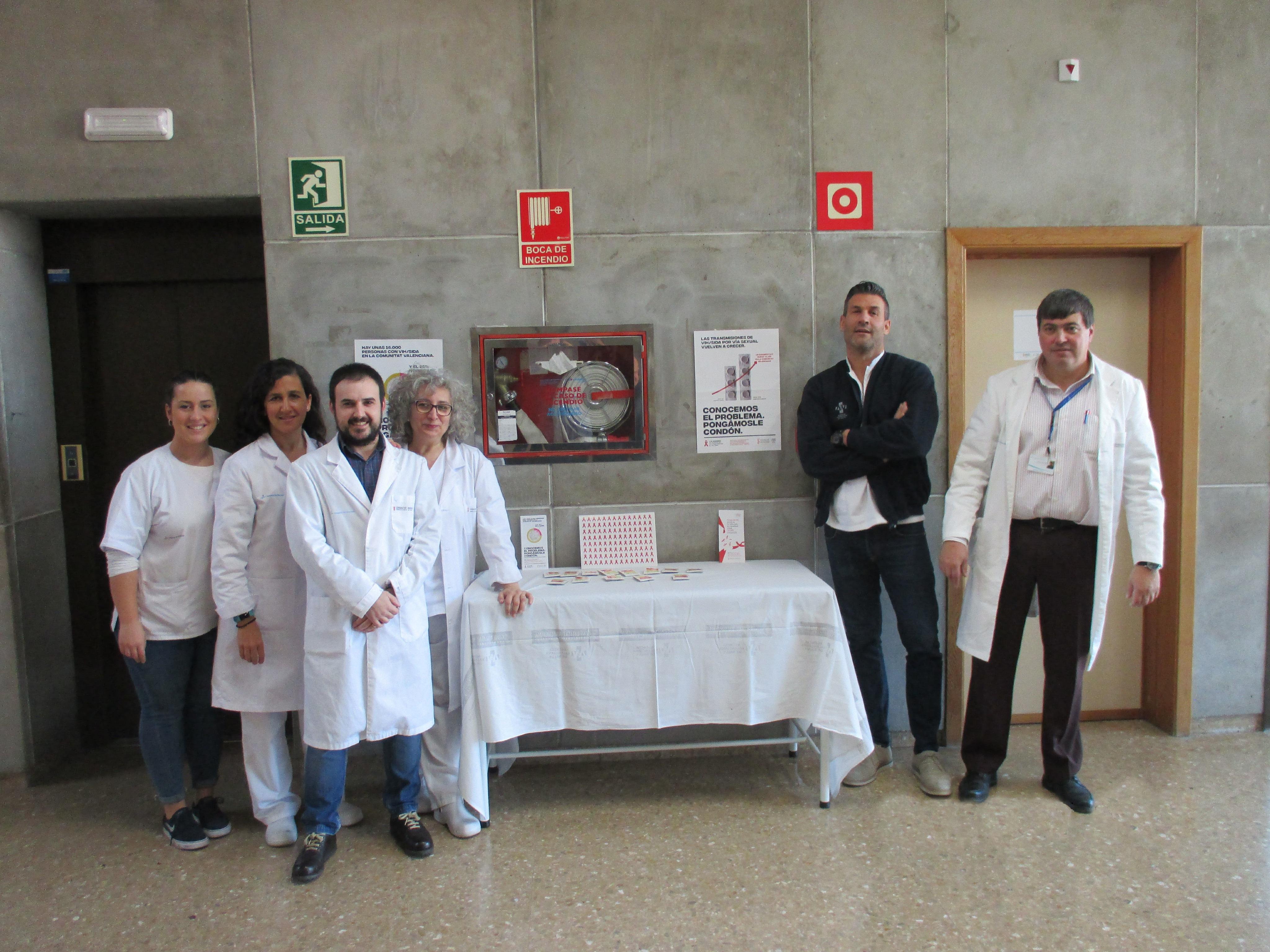 El Hospital de Manises acoge una mesa organizada por la Asociación Valenciana VHI, SIDA y Hepatitis (AVACOS-H) para informar sobre el SIDA.