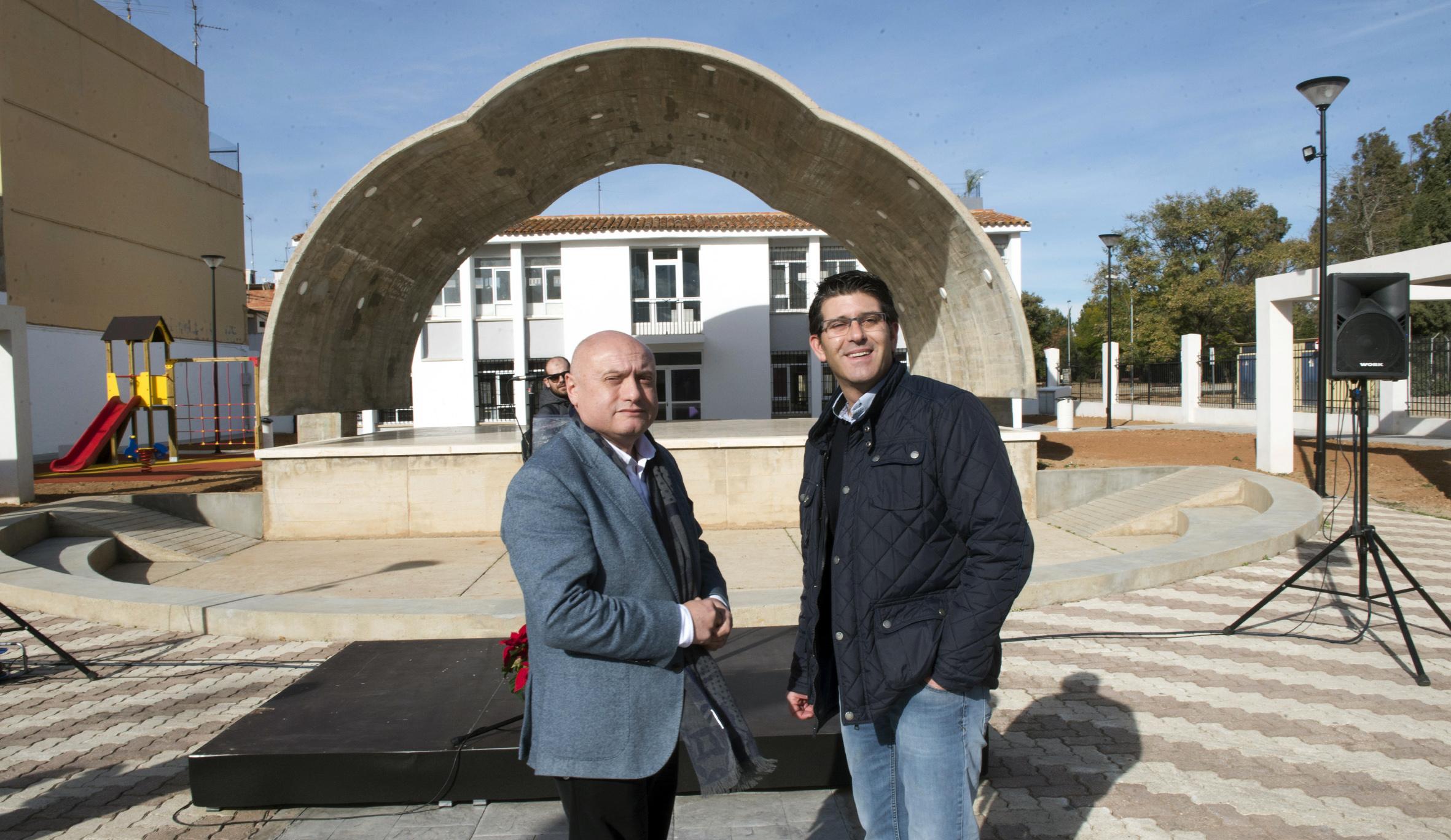 El alcalde, Francisco Teruel, explica a Rodríguez los detalles del futuro centro polivalente que proyecta el municipio con fondos provinciales.